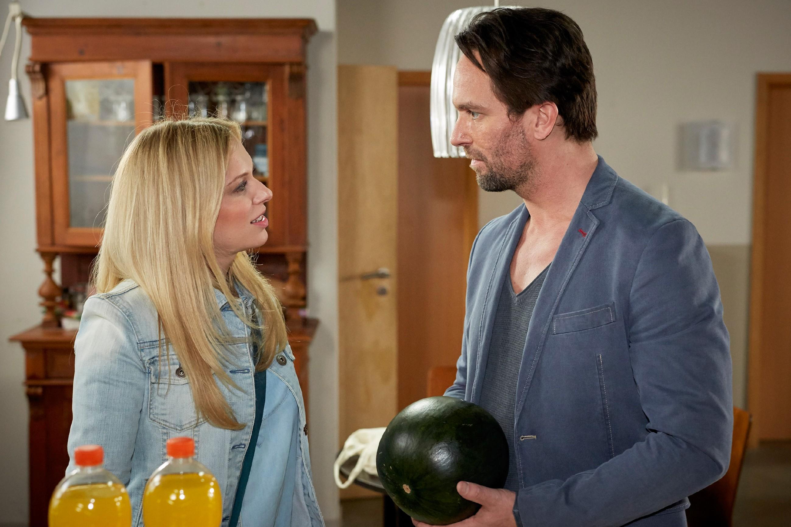 Lena (Juliette Greco) und Thomas (Daniel Brockhaus) haben einen unbeschwerten Moment - was wiederum von Marian eifersüchtig zur Kenntnis genommen wird... (Quelle: RTL / Guido Engels)