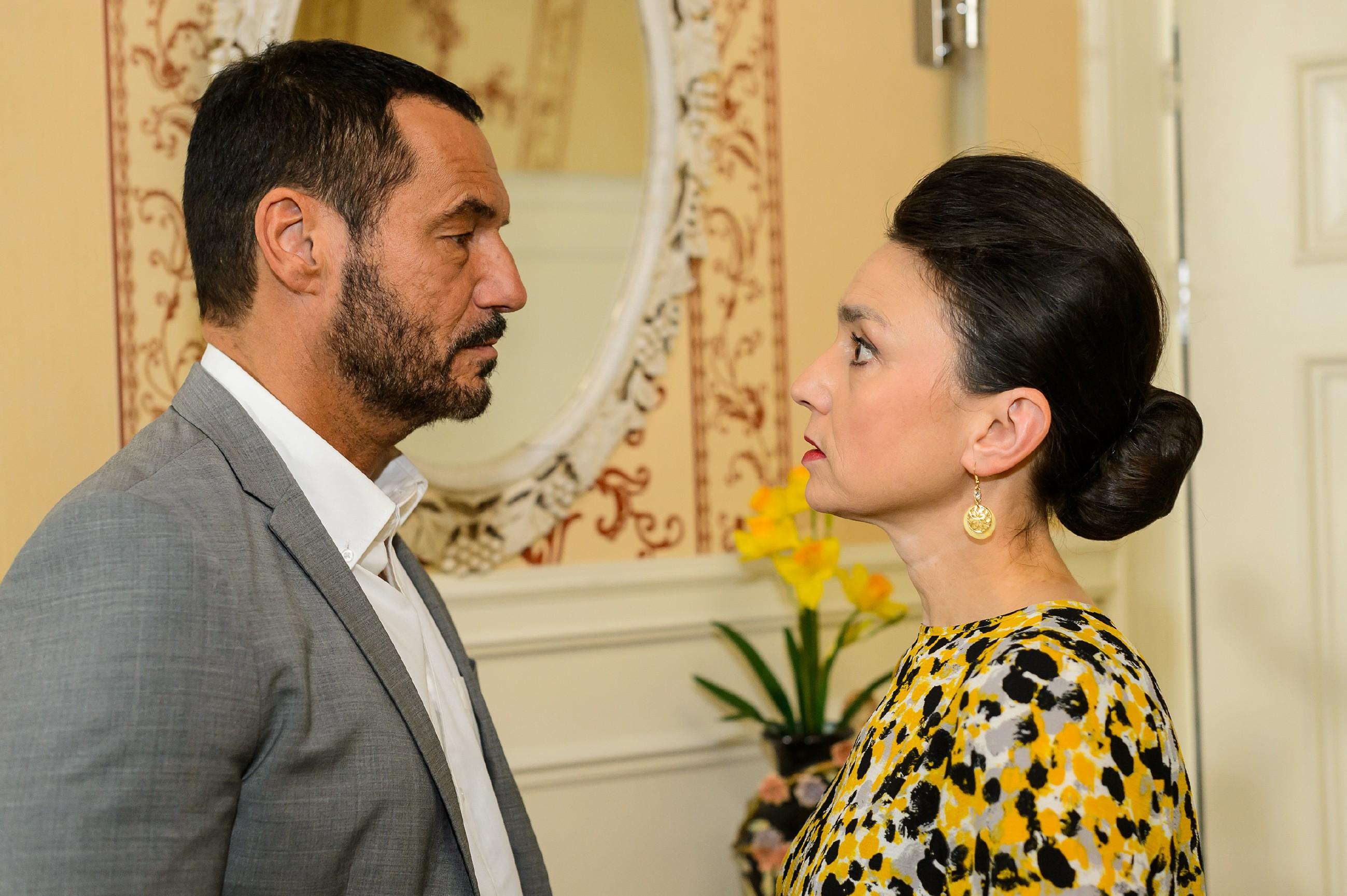 Richard (Silvan-Pierre Leirich) kommt nicht dazu, Simone (Tatjana Clasing) Christophs Pläne für eine heimliche Hochzeit mit Vanessa zu beichten. (Quelle: RTL / Willi Weber)