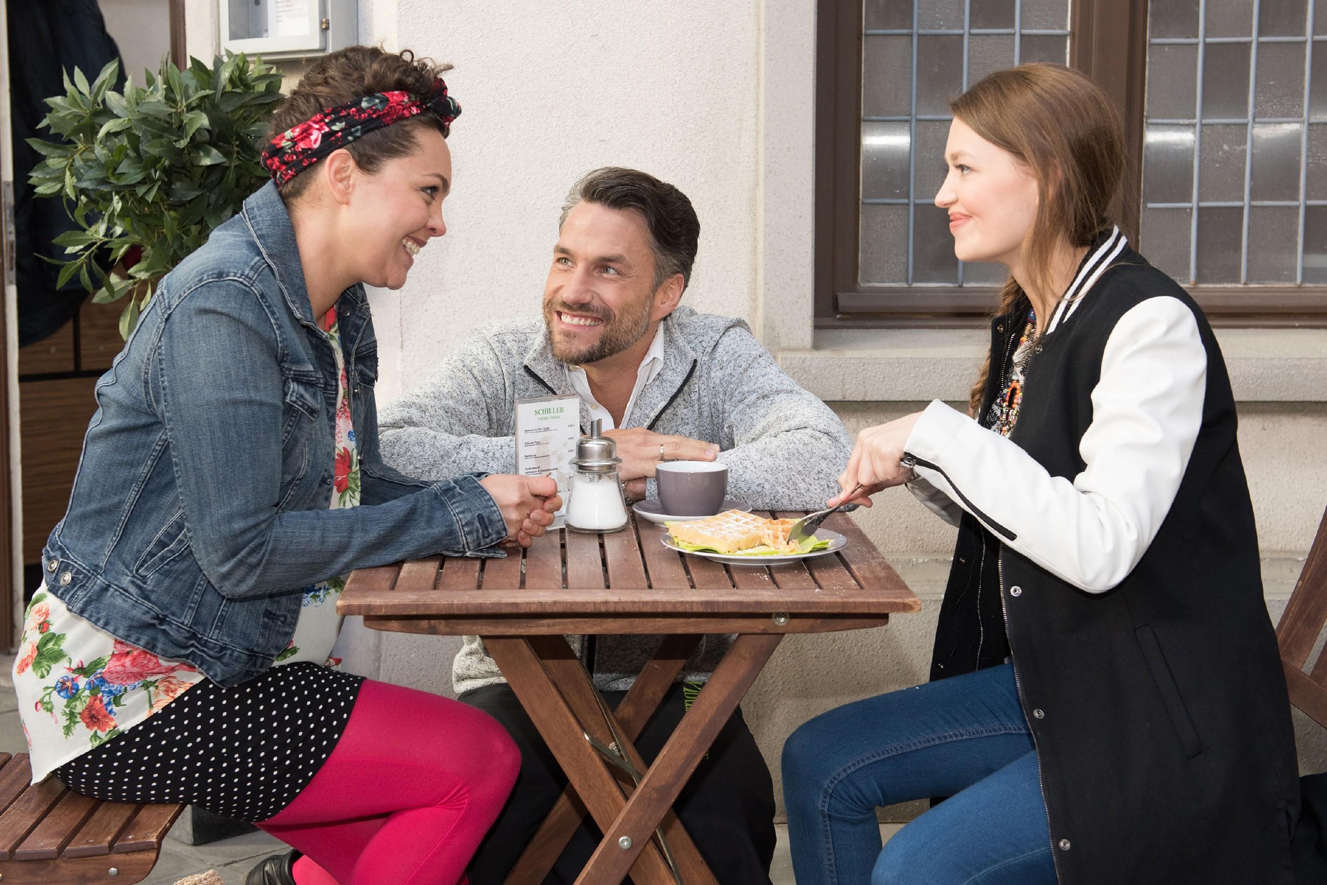 Malte (Stefan Bockelmann) ist zuversichtlich, dass der zweite Befruchtungsversuch geklappt hat und steckt Caro (Ines Kurenbach) und Jule (Amrei Haardt) mit seiner guten Laune an. (Quelle RTL / Stefan Behrens)