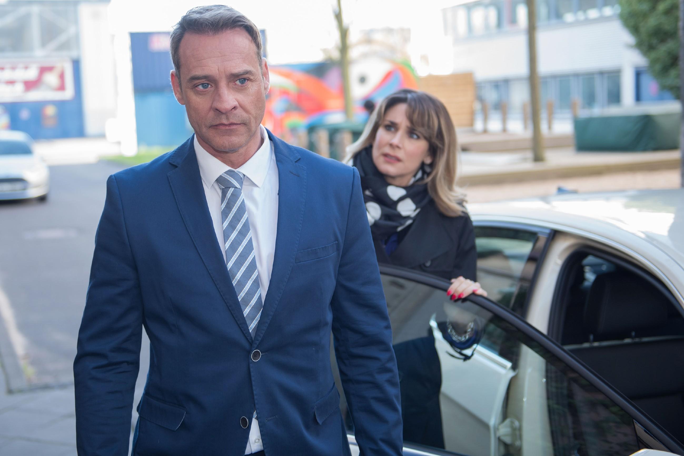 Rufus (Kai Noll) gibt Eva (Claudelle Deckert) die Schuld an seinem unerwartet harten Gerichtsurteil. (Quelle RTL / Stefan Behrens)