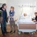 Benedikt (Jens Hajek, r.) ist zufrieden, als Roswitha (Andrea Brix, 2.v.l.) ihn am Krankenbett von Andrea (Kristin Meyer) vor Robert (Luca Maric) in Schutz nimmt. (Quelle RTL / Stefan Behrens)
