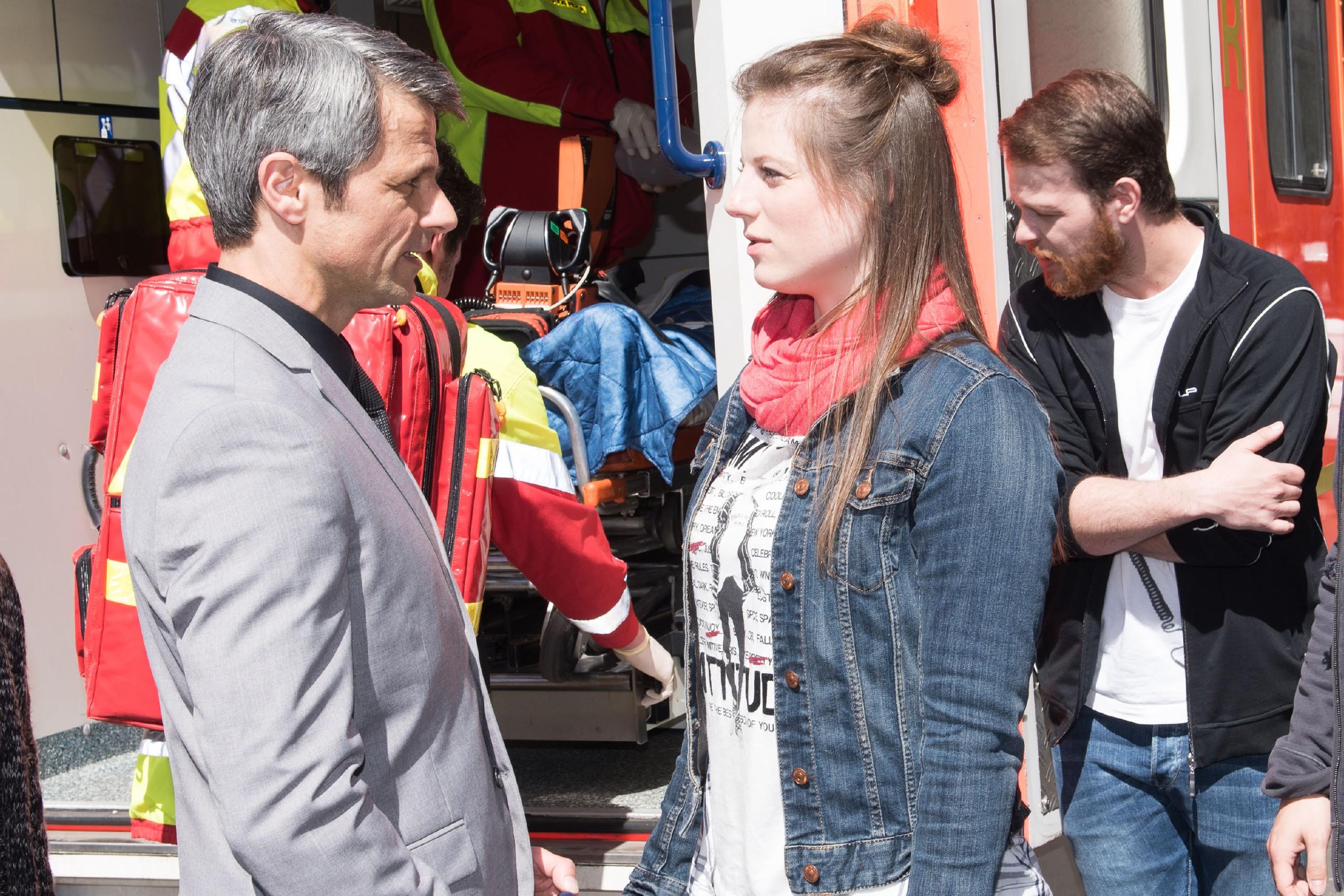 Während Tobias (Patrick Müller, r.) noch unter dem Einfluss der Ereignisse steht, bedankt sich Benedikt (Jens Hajek) bei Elli (Nora Koppen) dafür, seiner Frau Andrea das Leben gerettet zu haben. (Quelle RTL / Stefan Behrens)