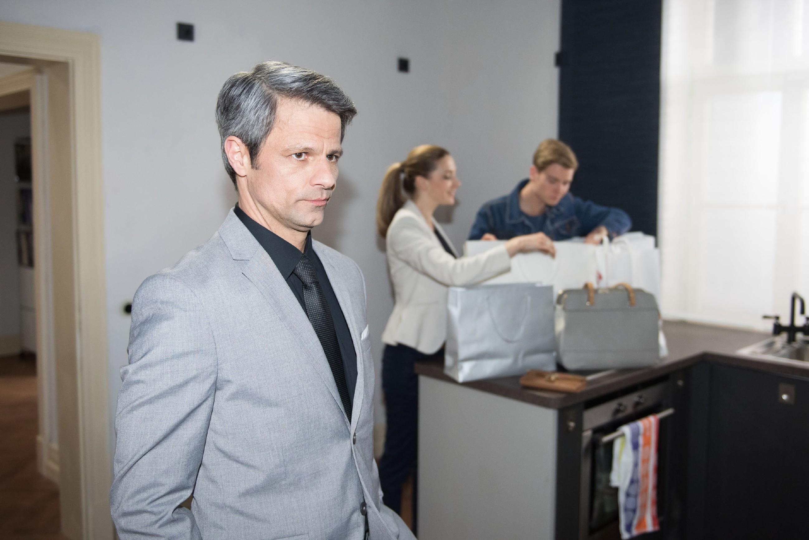 Benedikt (Jens Hajek, l.) steht weiter unter finanziellem Druck und versucht seine Probleme vor Andrea (Kristin Meyer) und Valentin (Aaron Koszuta) zu verheimlichen. (Quelle RTL / Stefan Behrens)