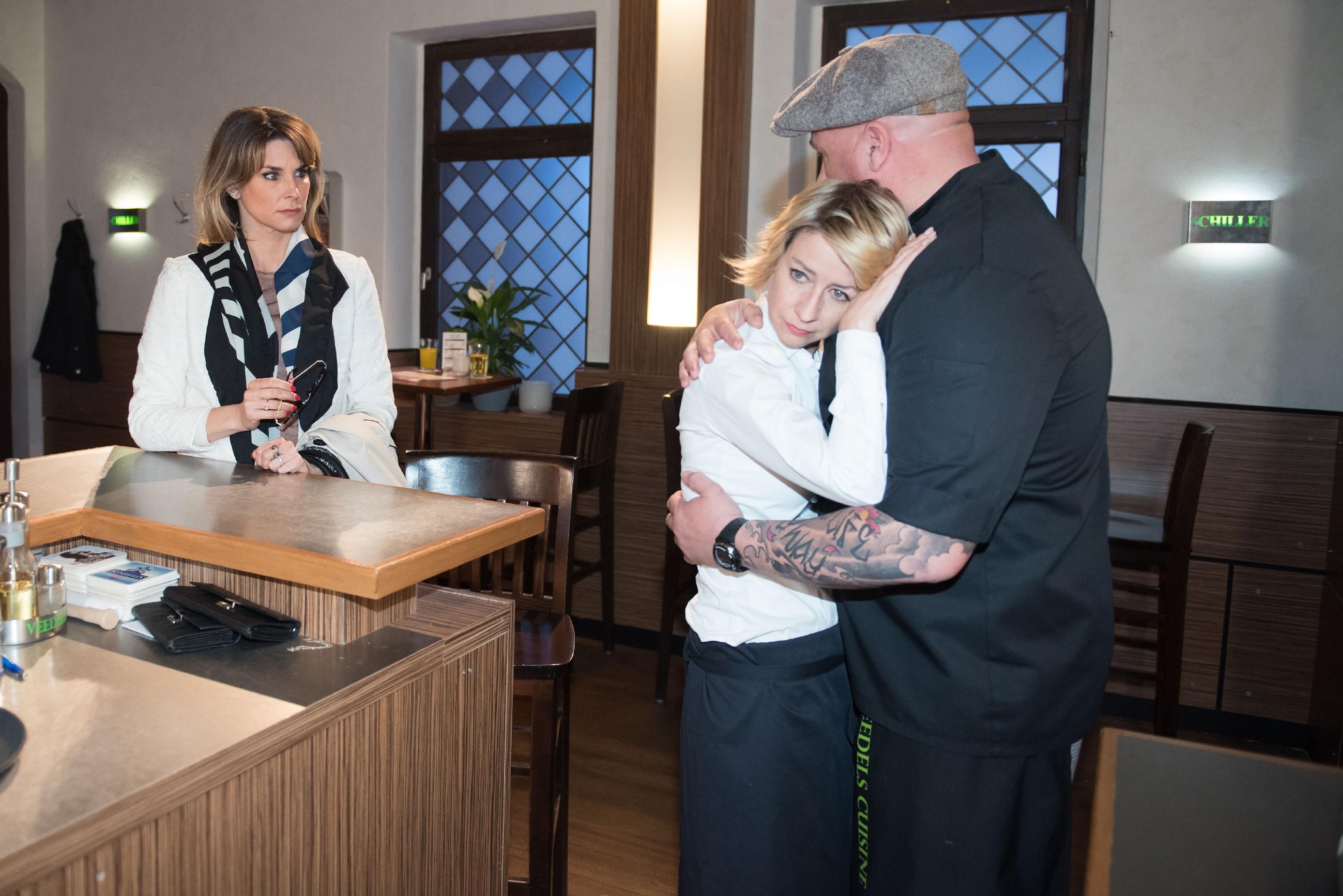 Eva (Claudelle Deckert, l.) ist leicht irritiert, als sie die Nähe zwischen Ute (Isabell Hertel) und Roger (Ramon Ademes) mitbekommt. (Quelle RTL / Stefan Behrens)