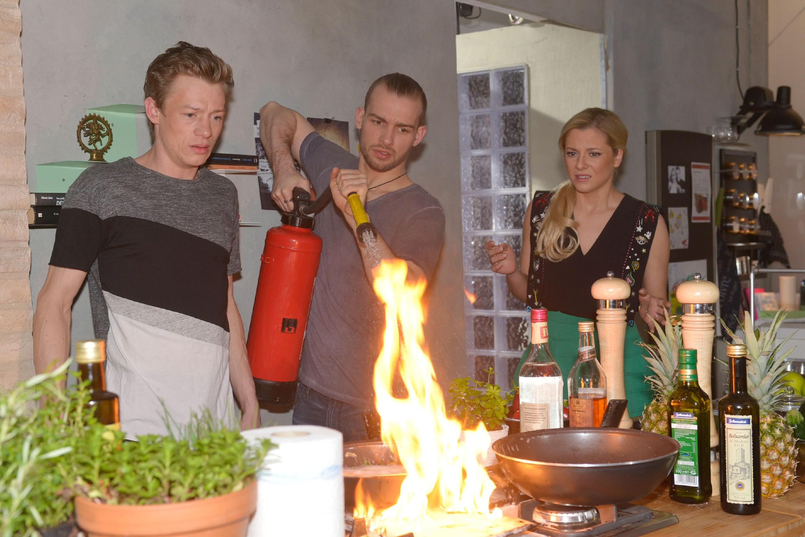 Als Vince (Vincent Krüger, l.) zu Sunnys (Valentina Pahde) Entsetzen versehentlich seine mobile Küche in Brand setzt, ist Chris (Eric Stehfest) zur Stelle, um den Brand zu löschen.