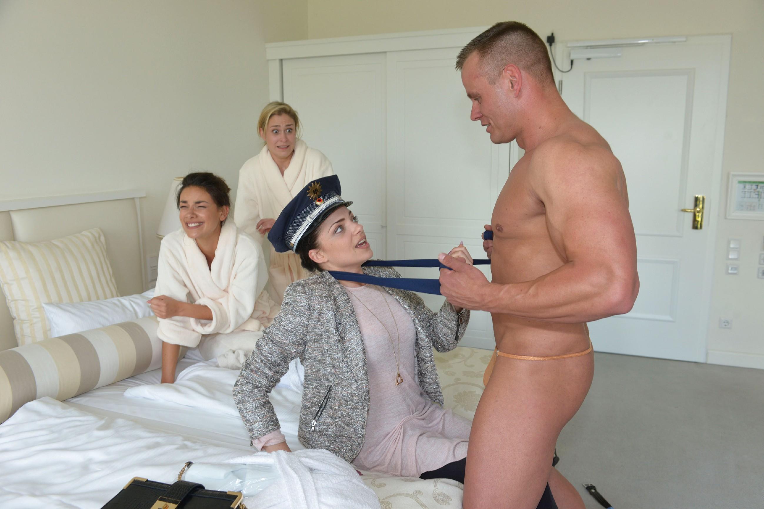 """Vergnügt amüsieren sich die drei """"Tussis"""" Jasmin (Janina Uhse, l.), Sophie (Lea Marlen Woitack, 2.v.l.) und Emily (Anne Menden) mit dem sexy Stripper (Komparse) und haben dabei noch eine bahnbrechende Geschäftsidee... (Quelle: RTL / Rolf Baumgartner)"""