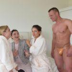 Der Kurztrip von Sophie (Lea Marlen Woitack, l.), Emily (Anne Menden, 2.v.l.) und Jasmin (Janina Uhse) wird doch noch ein Erfolg, als sich ein Stripper (Komparse) im Hotelzimmer irrt und Emily aus ihrem Stimmungstief reißt... (Quelle: RTL / Rolf Baumgartner)