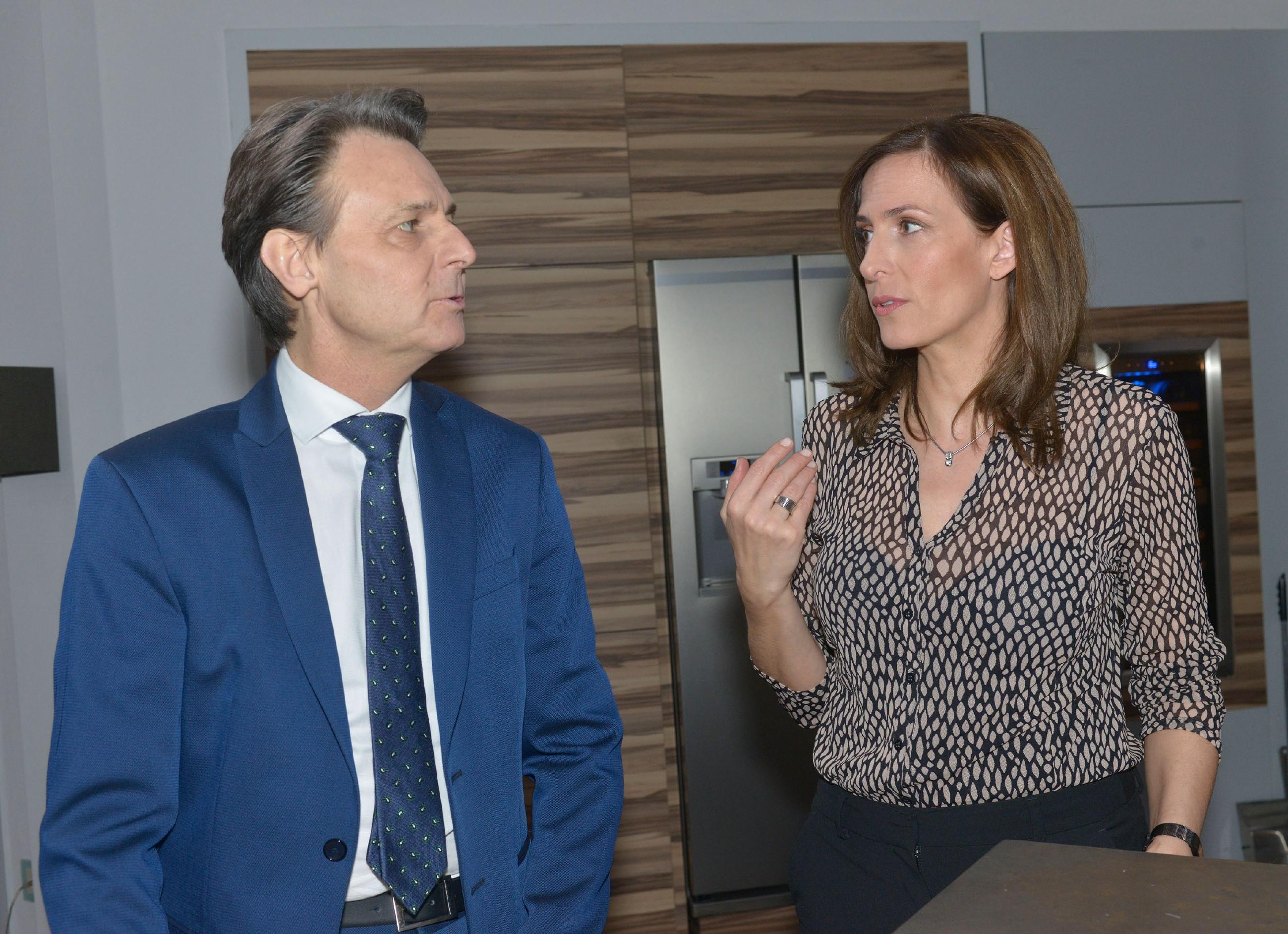 Gerner (Wolfgang Bahro) verschweigt Katrin (Ulrike Frank) seine Probleme mit David. (Quelle: RTL / Rolf Baumgartner)