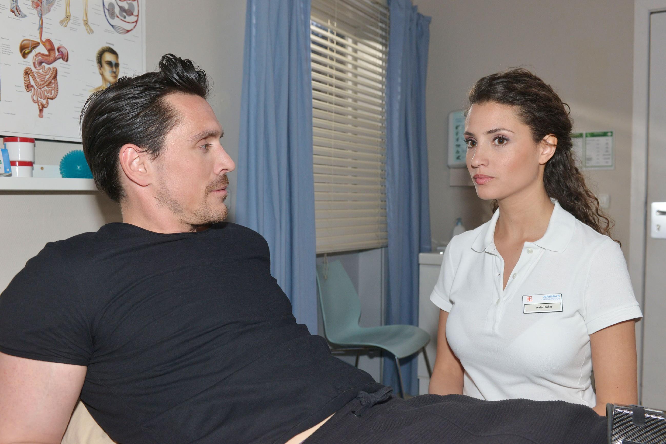 Als David (Philipp Christopher) sich bei Ayla (Nadine Menz) seinen ganzen Frust von der Seele redet, erkennt Ayla, dass David dabei ist, wieder in einen Strudel der Gewalt zu geraten... (Quelle: RTL / Rolf Baumgartner)