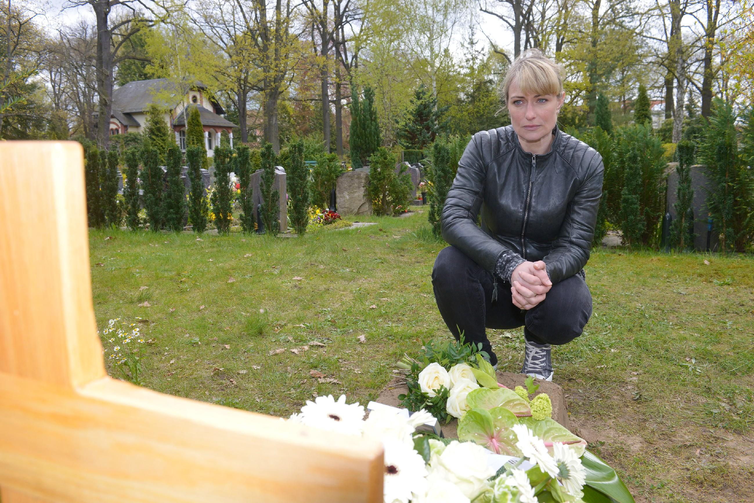 In einem emotionalen Besuch an Frederics Grab schließt Maren (Eva Mona Rodekirchen) ihren Frieden mit der Schuld... (Quelle: RTL / Rolf Baumgartner)