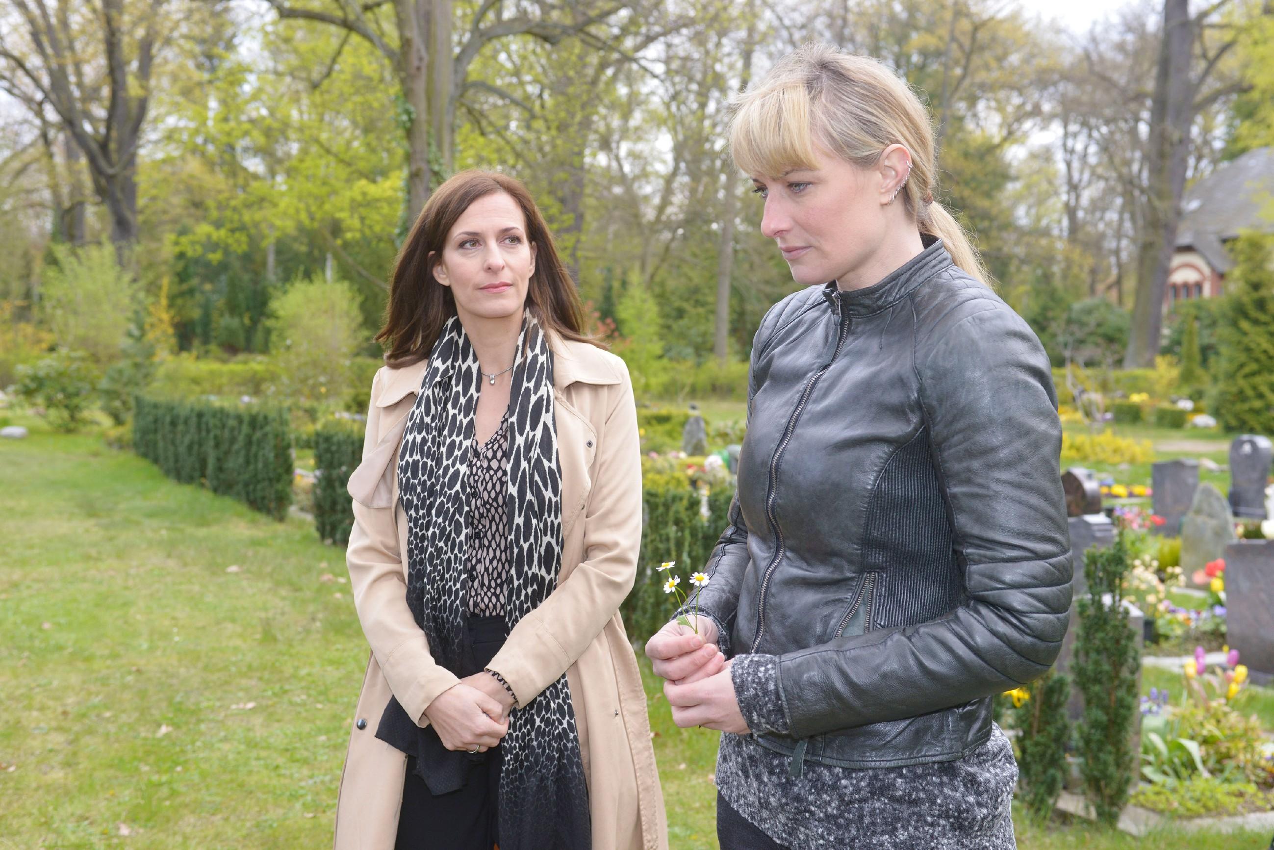 Katrin (Ulrike Frank, l.) spürt, dass Maren (Eva Mona Rodekirchen) am Grab von Frederic mit sich ins Reine kommen möchte. (Quelle: RTL / Rolf Baumgartner)