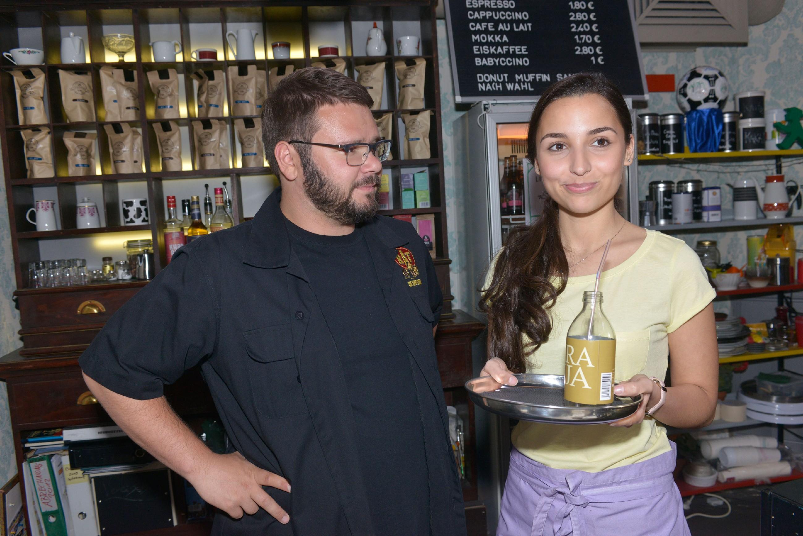 Selma (Rona Özkan) bekommt eine Chance, sich als Aushilfskellnerin bei Tuner (Thomas Drechsel) im Vereinsheim zu beweisen. (Quelle: RTL / Rolf Baumgartner)