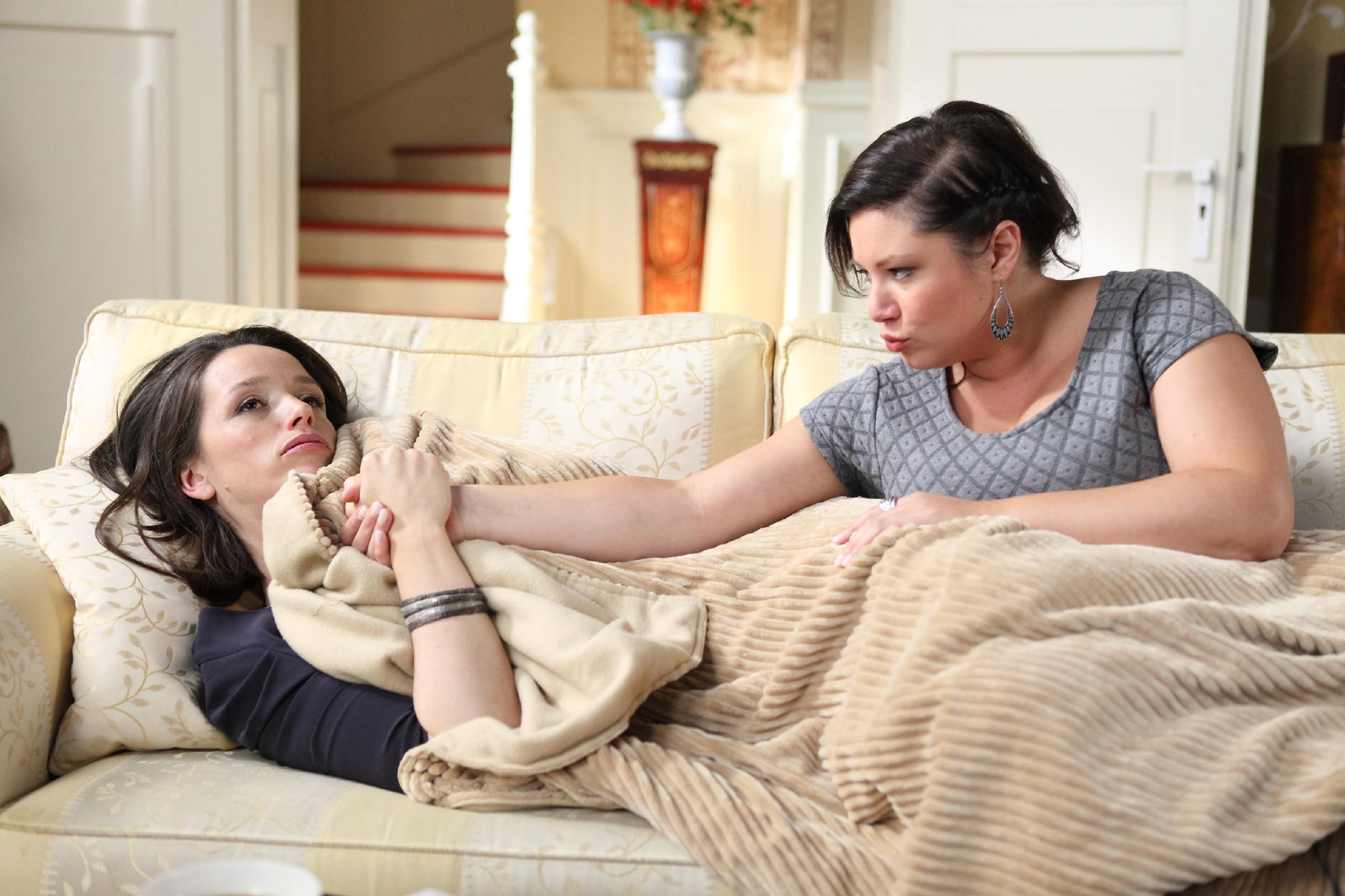 Die schwer erkältete Jenny (Kaja Schmidt-Tychsen, l.) lässt sich von Vanessa (Julia Augustin) trösten und behauptet, darüber froh zu sein, Deniz nicht mehr jeden Tag sehen zu müssen. (Quelle: RTL / Frank W. Hempel)