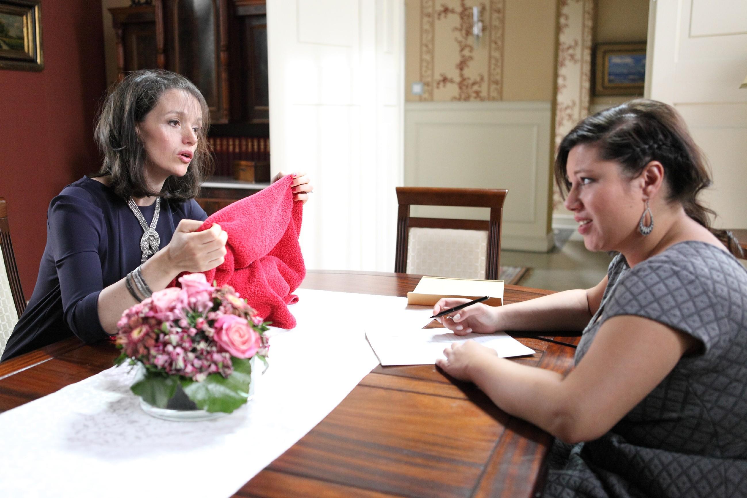 Die schwer erkältete Jenny (Kaja Schmidt-Tychsen, l.) lobt Deniz vor Vanessa (Julia Augustin) in den höchsten Tönen. (Quelle: RTL / Frank W. Hempel)