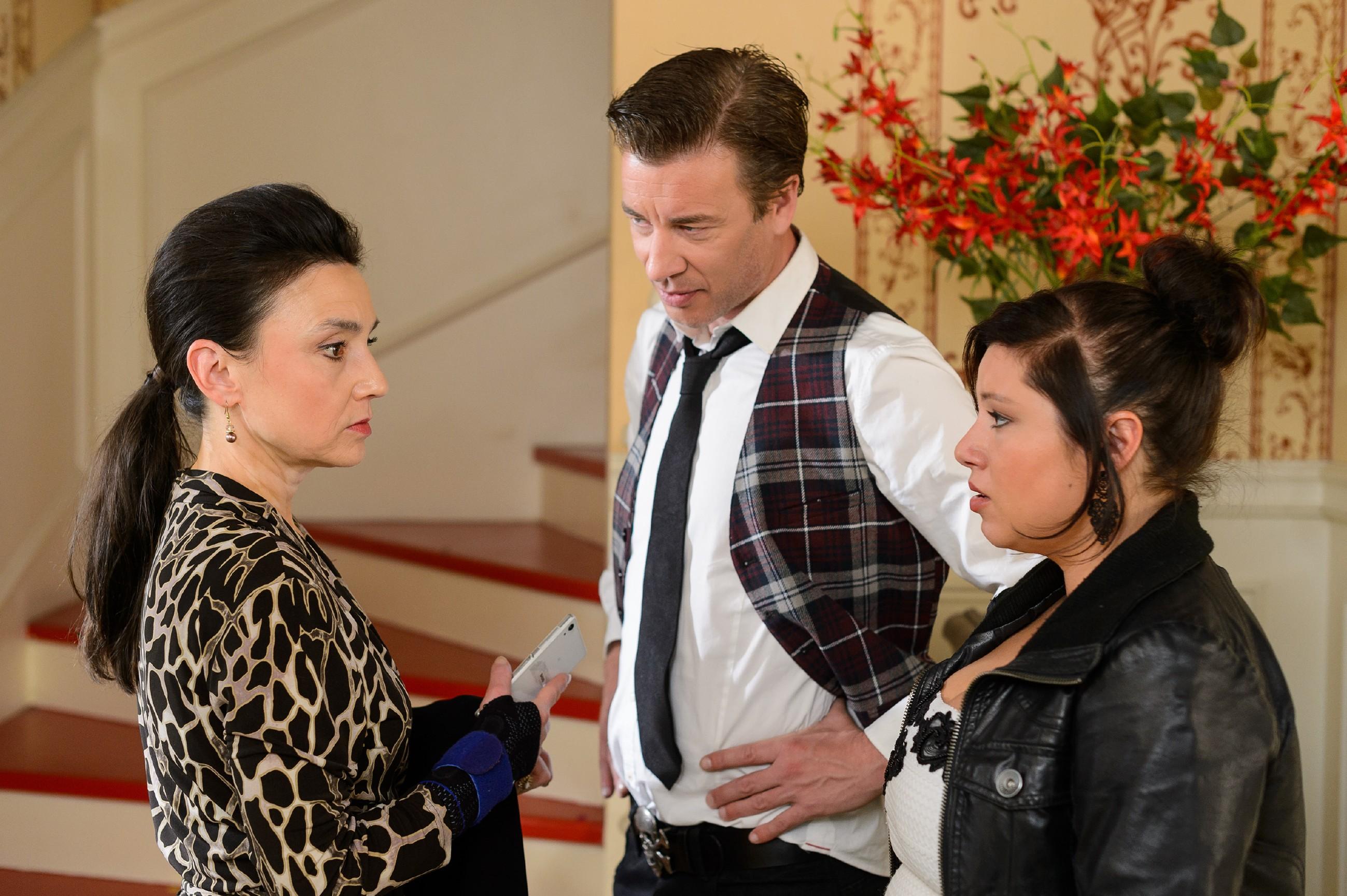 Als Simone (Tatjana Clasing, l.) ihnen aus dem Weg zu gehen scheint, sehen Vanessa (Julia Augustin) und Christoph (Lars Korten) ihre Befürchtung bestätigt, dass sie mit ihrer spontanen Hochzeit nicht ganz einverstanden ist. (Quelle: RTL / Willi Weber)