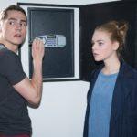 Ringo (Timothy Boldt) und Fiona (Olivia Burkhart) machen sich angespannt daran, Benedikts Safe zu knacken... (Quelle: RTL / Stefan Behrens)