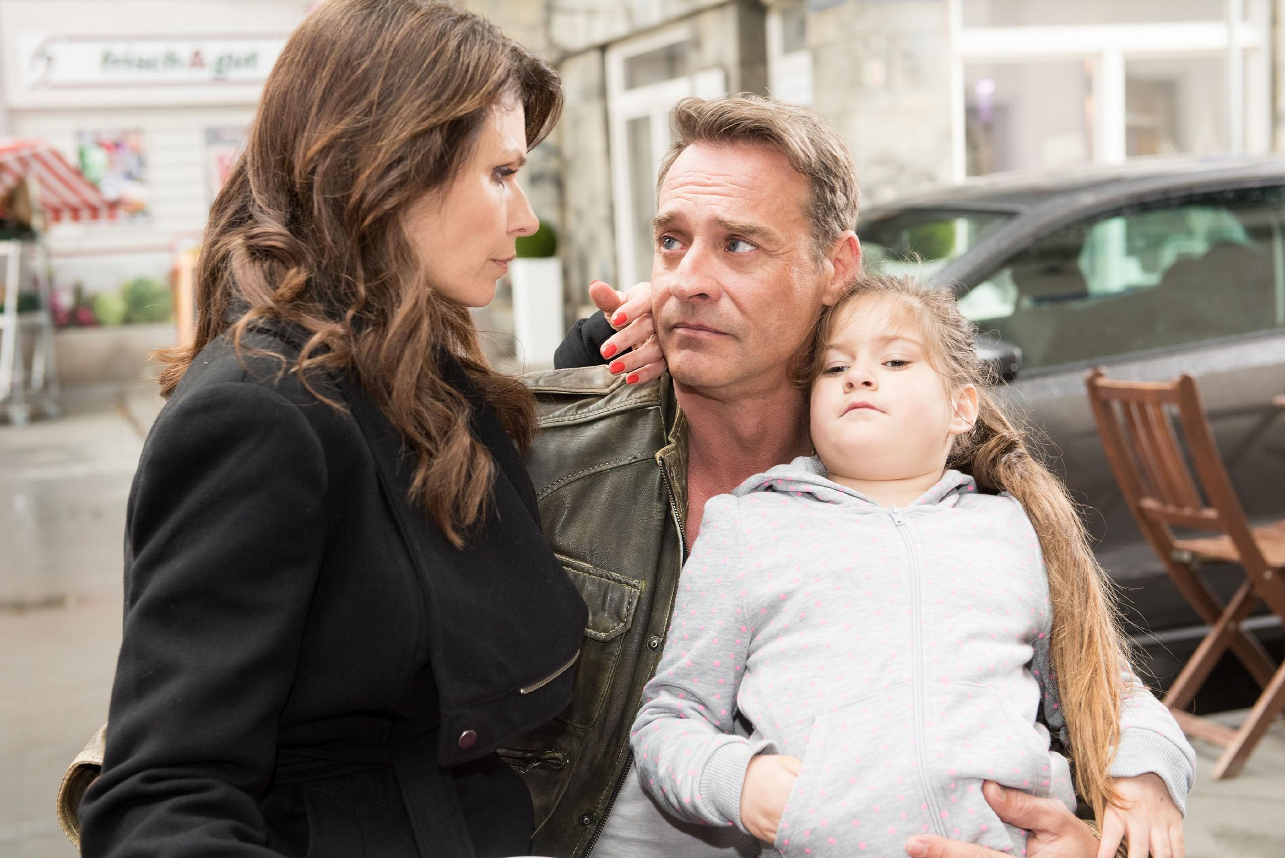 Rufus (Kai Noll, mit Avellina Waltraut oder Vienna Therese Hövel als Lotta) sieht ein, dass in schweren Zeiten die Familie zusammenhalten sollte, und er versöhnt sich mit Britta (Tabea Heynig). (Quelle: RTL / Stefan Behrens)