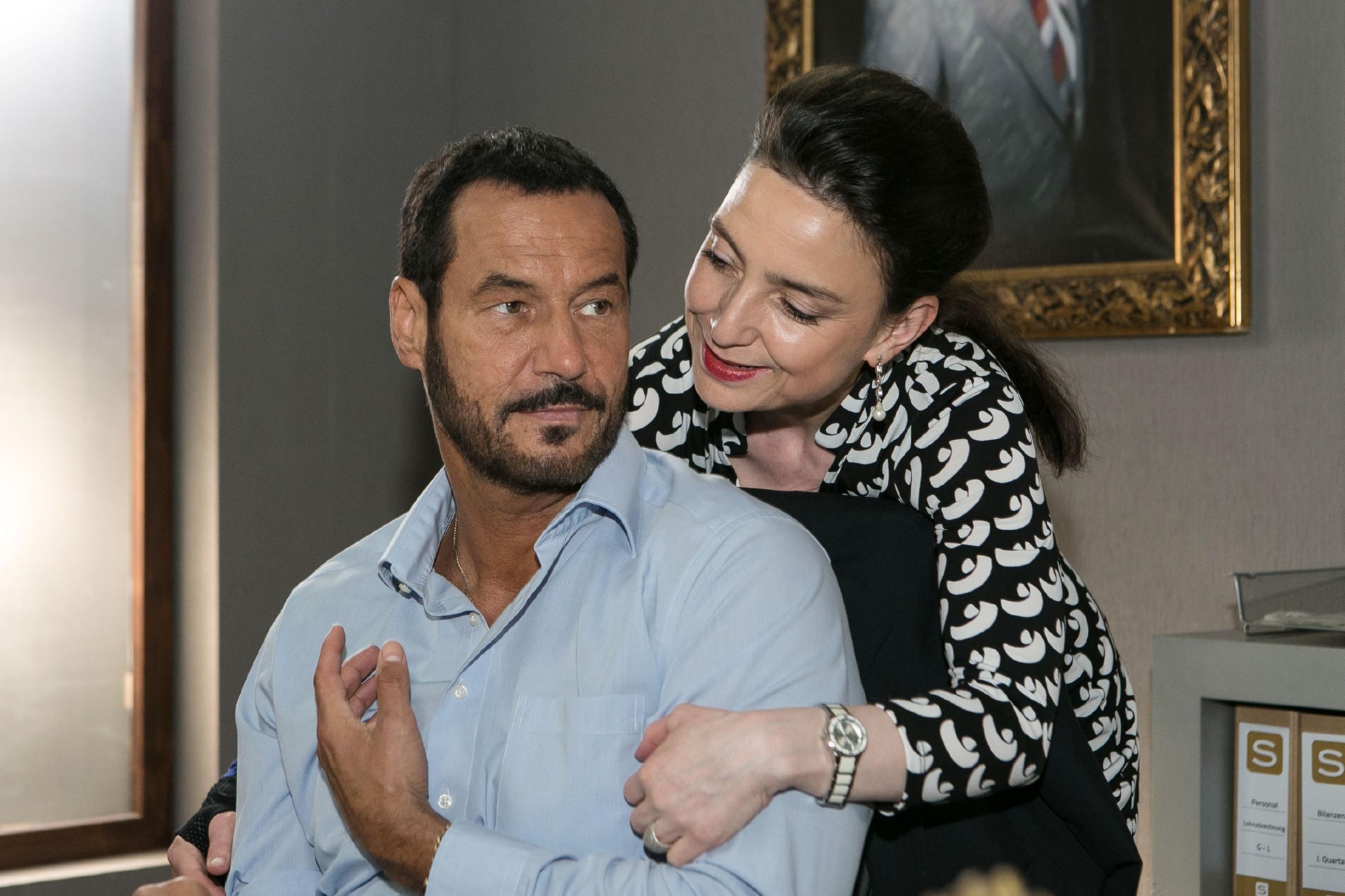 In einem innigen Moment mit Simone (Tatjana Clasing) wird Richard (Silvan-Pierre Leirich) klar, dass er das Thema Carmen und Ben ad acta legen will... (Quelle: RTL / Kai Schulz)