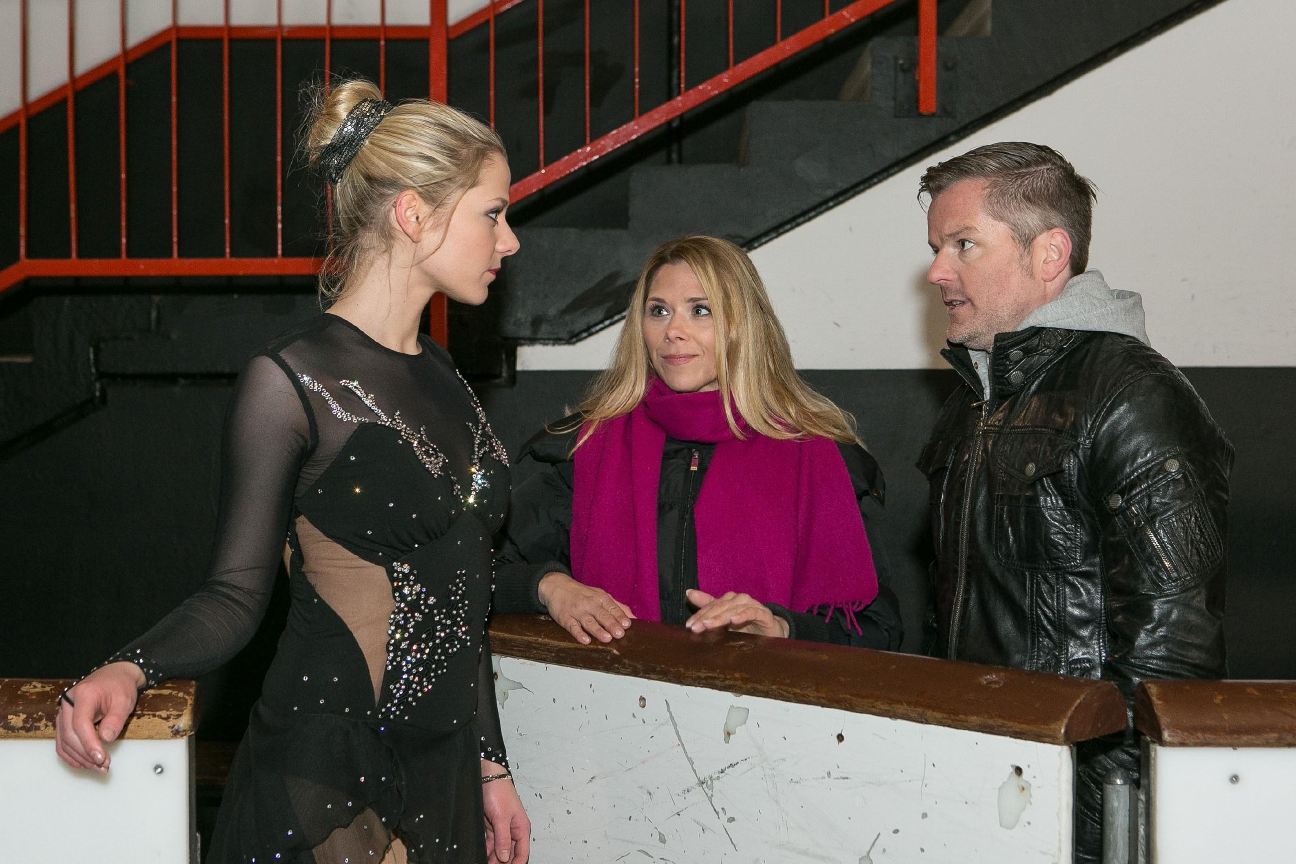 Ingo (André Dietz) und Diana (Tanja Szewczenko, M.) hoffen, dass Marie (Cheyenne Pahde) ihren Horrortag ausblenden und den BDE mit ihrem Lauf auf dem Eis überzeugen kann. (Quelle: RTL / Kai Schulz)