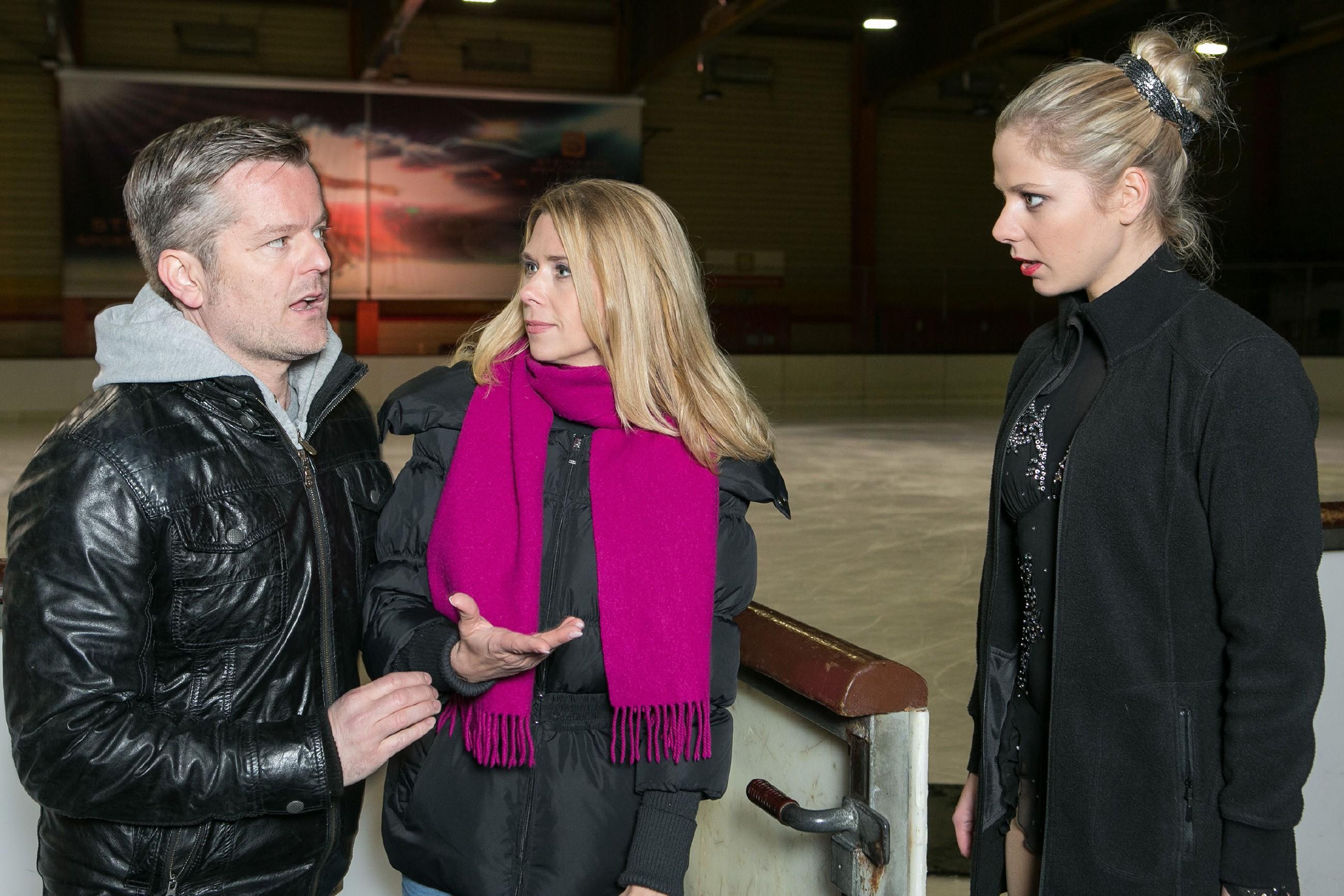 Als Marie (Cheyenne Pahde, r.) zu Dianas (Tanja Szewczenko) Erleichterung in letzter Sekunde auftaucht, muss sie sich vor ihrem Lauf auch noch Ingos (André Dietz) Standpauke anhören. (Quelle: RTL / Kai Schulz)