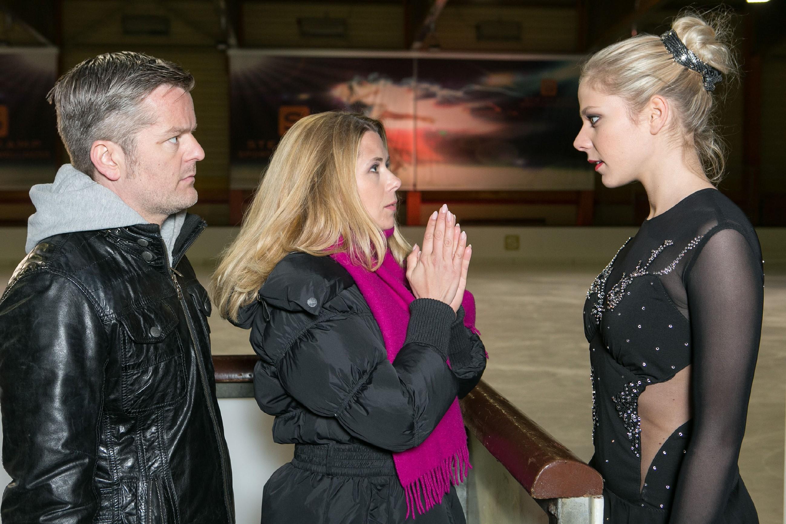 Ingo (André Dietz) und Diana (Tanja Szewczenko) hoffen, dass Marie (Cheyenne Pahde, r.) ihren Horrortag ausblenden und den BDE mit ihrem Lauf auf dem Eis überzeugen kann. (Quelle: RTL / Kai Schulz)