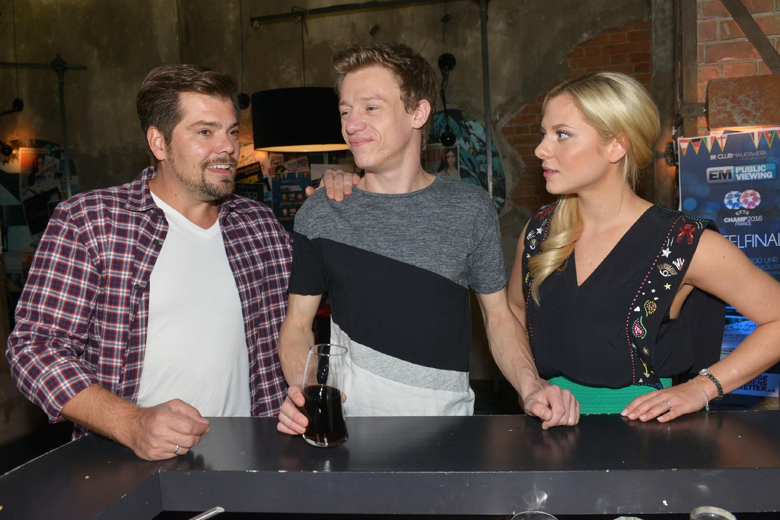 Leon (Daniel Fehlow, l.) ist froh, dass sich die Situation zwischen Vince (Vincent Krüger) und Sunny (Valentina Pahde) offensichtlich entspannt hat.