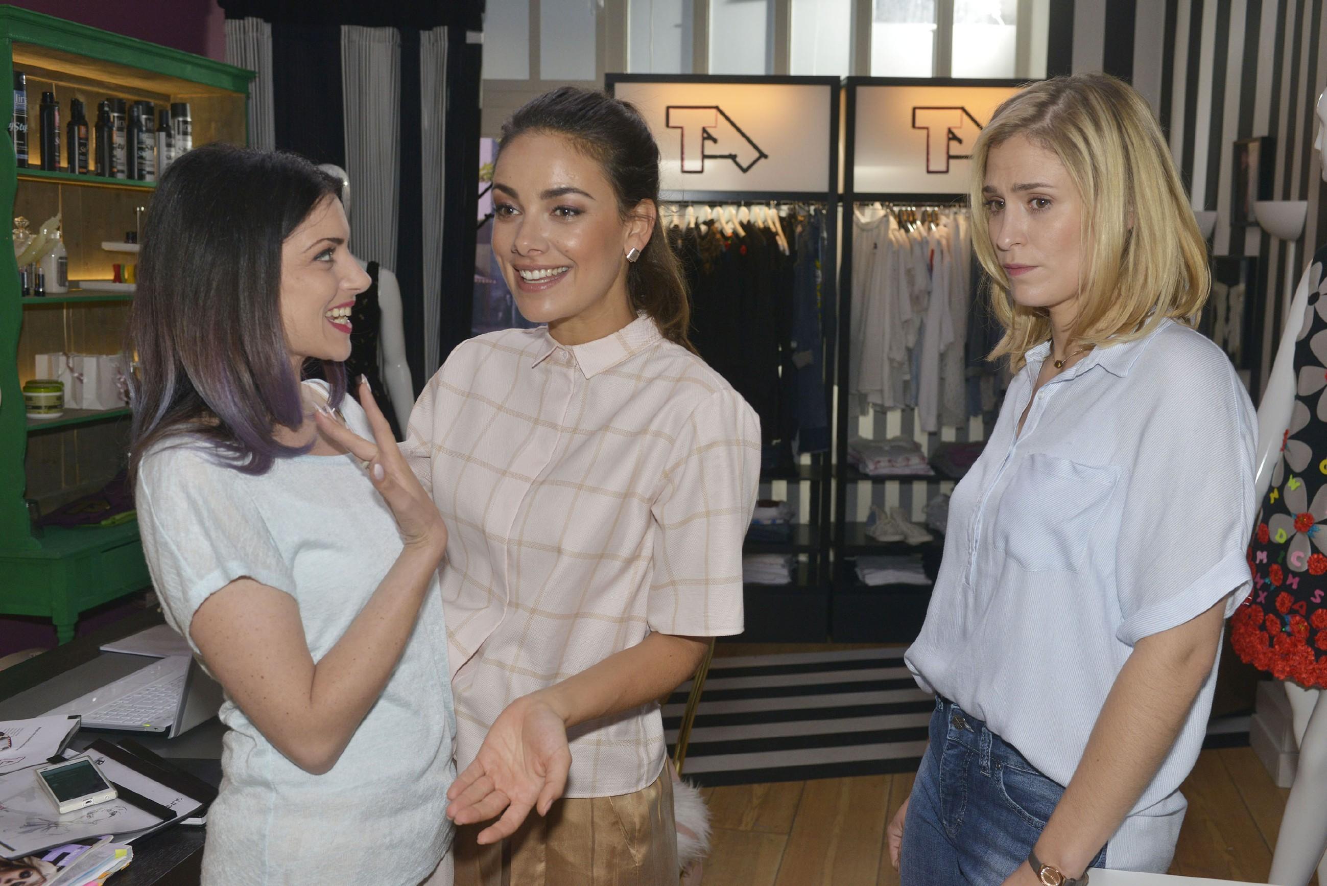 Angesichts Emilys (Anne Menden, l.) und Jasmins (Janina Uhse, M.) Begeisterung wird Sophie (Lea Marlen Woitack) vor Augen geführt, dass sie Tussi Attack nicht im Stich lassen kann. (Quelle:RTL / Rolf Baumgartner)