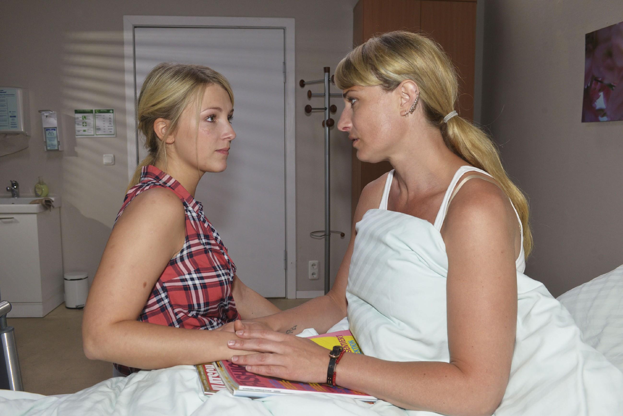 Nach ihrem Gespräch mit Alexander ist Lilly (Iris Mareike Steen, l.) klar geworden, dass sie Maren (Eva Mona Rodekirchen) vor den Kopf gestoßen hat. Im Krankenhaus kommt es zur Versöhnung zwischen Mutter und Tochter. (Quelle:RTL / Rolf Baumgartner)