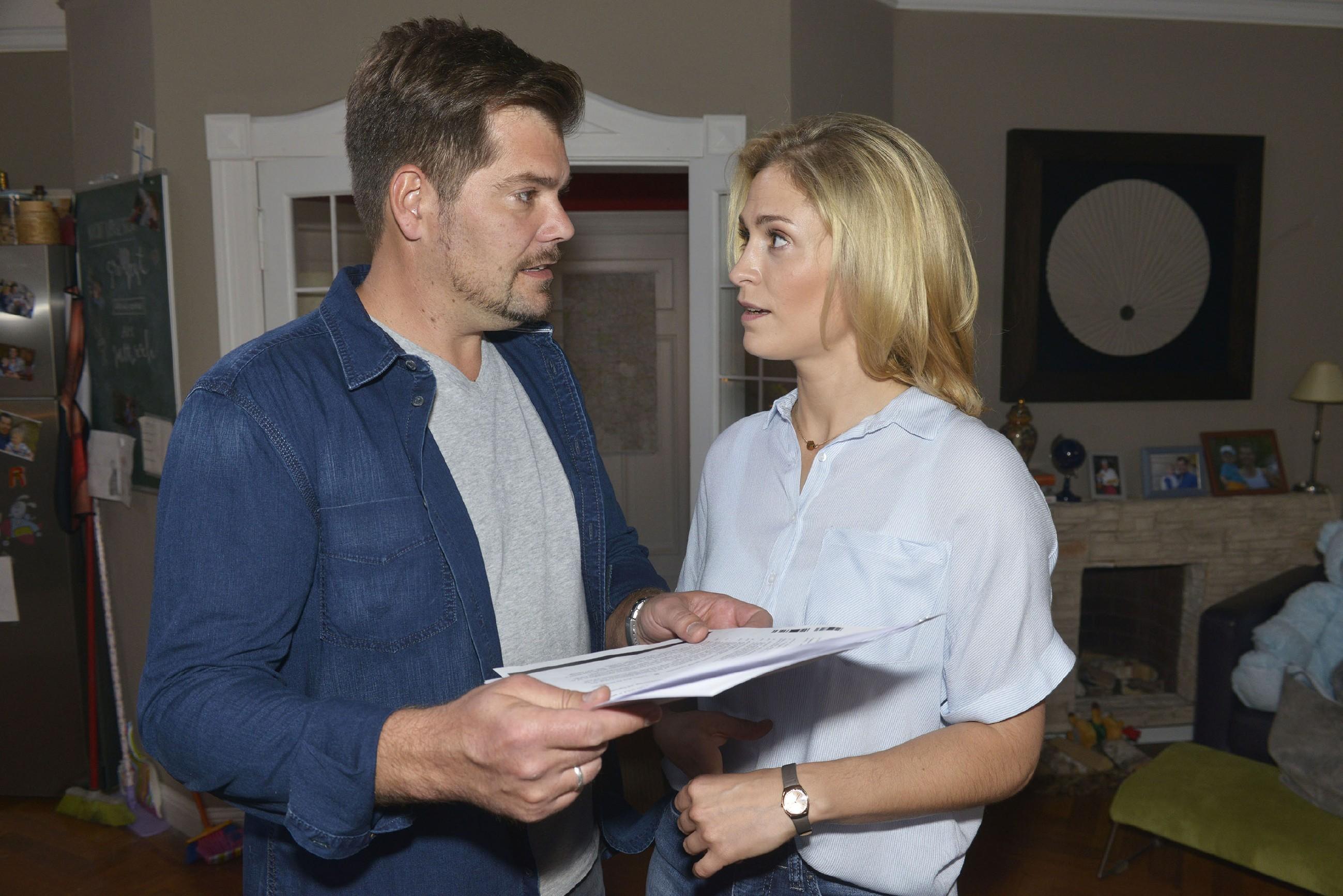 Sophie (Lea Marlen Woitack) versucht Leon (Daniel Fehlow) zu erklären, warum sie den Traumjob nicht annehmen kann. (Quelle:RTL / Rolf Baumgartner)