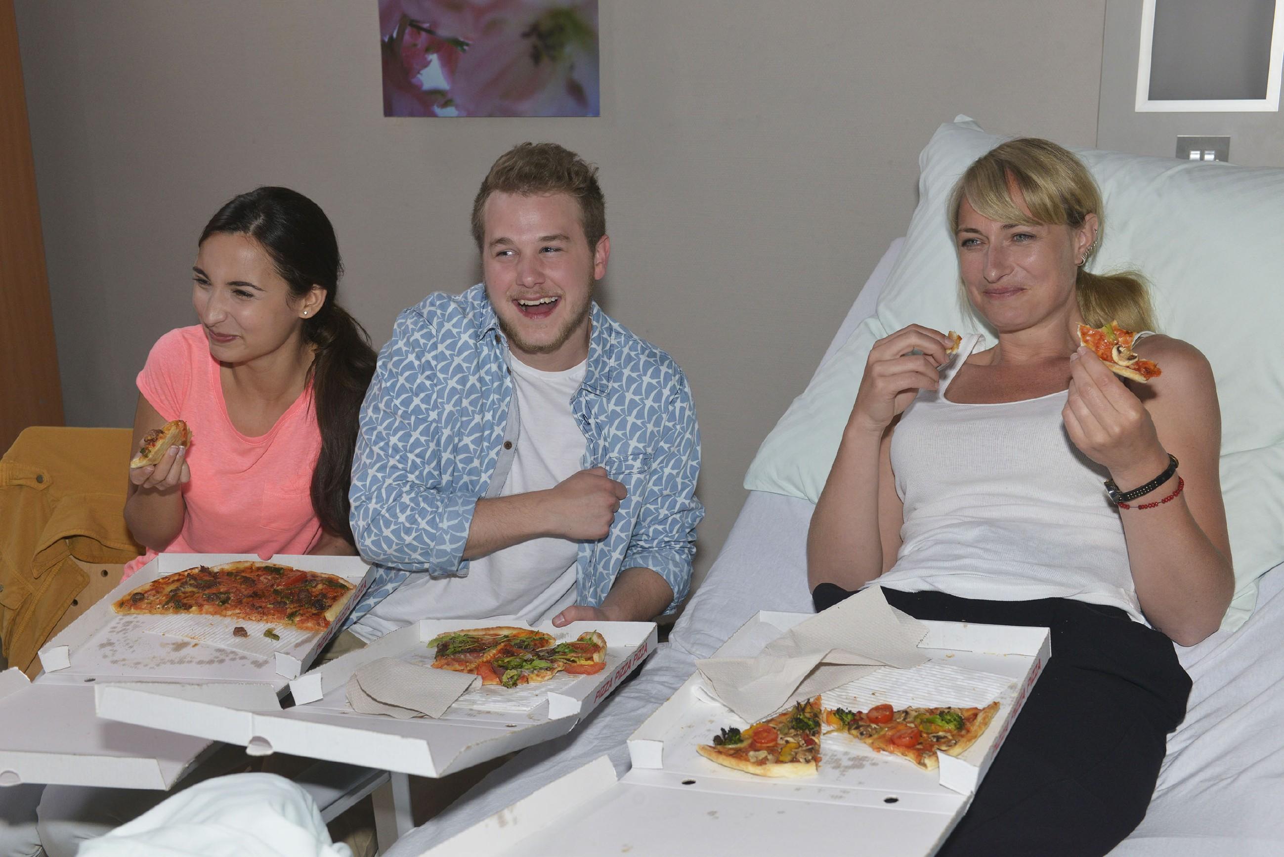 Maren (Eva Mona Rodekirchen, r.) freut sich, dass Selma (Rona Özkan) und Jonas (Felix van Deventer) sie im Krankenhaus besuchen. (Quelle:RTL / Rolf Baumgartner)