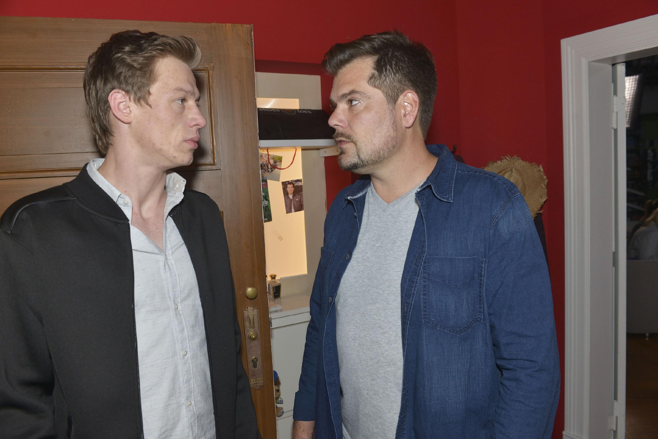 Vince' (Vincent Krüger, l.) Beichte kommt zu spät: Leon (Daniel Fehlow, r.) hat das Vertrauen in seinen Sohn verloren.