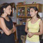 Selma (Rona Özkan, r.) gerät bei Anni (Linda Marlen Runge) ins Schwärmen über Jonas. (Quelle:RTL / Rolf Baumgartner)