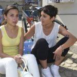 Anni (Linda Marlen Runge, r.) tröstet Selma (Rona Özkan), die nach Jonas´ Zurückweisung vor Scham am liebsten im Boden versinken würde.