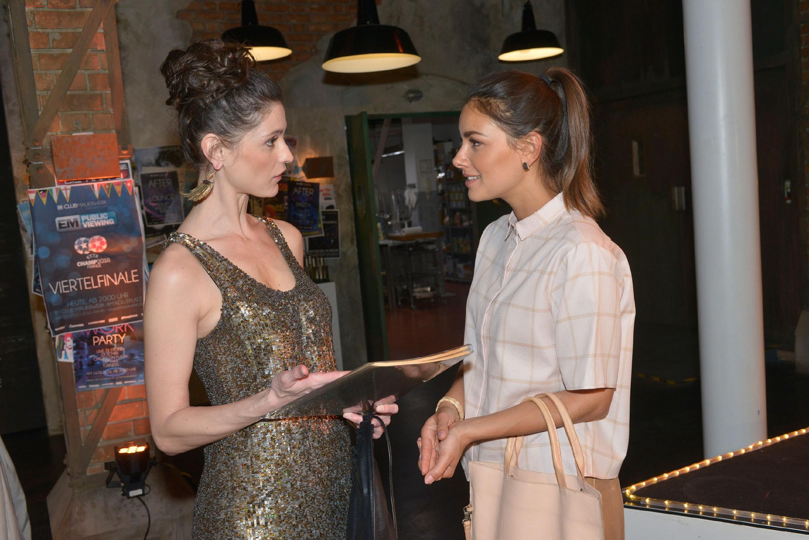 Jasmin (Janina Uhse, r.) versucht mit Sara Julia Moss (Claudia Gaebel) ins Gespräch über eine geschäftliche Zusammenarbeit zu kommen. (Quelle:RTL / Rolf Baumgartner)