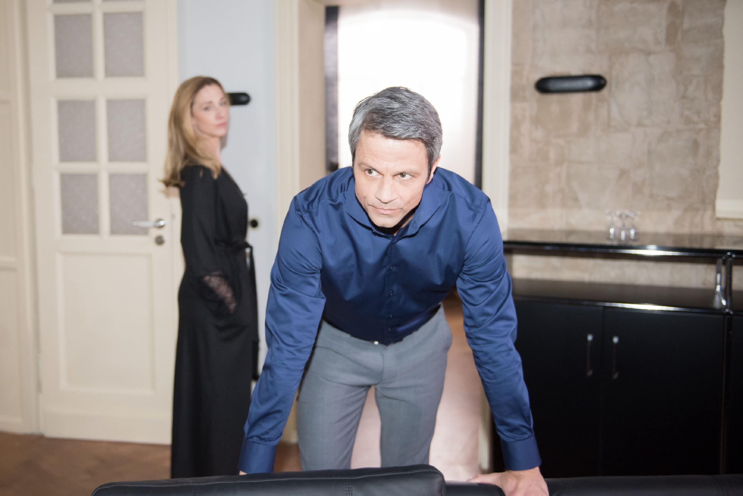 Als Benedikt (Jens Hajek) bemerkt, dass er ernsthaft Gefahr läuft, Andrea (Kristin Meyer) zu verlieren, verleitet ihn die Angst zu einem für ihn außergewöhnlichen emotionalen Geständnis... (Quelle: RTL / Stefan Behrens)