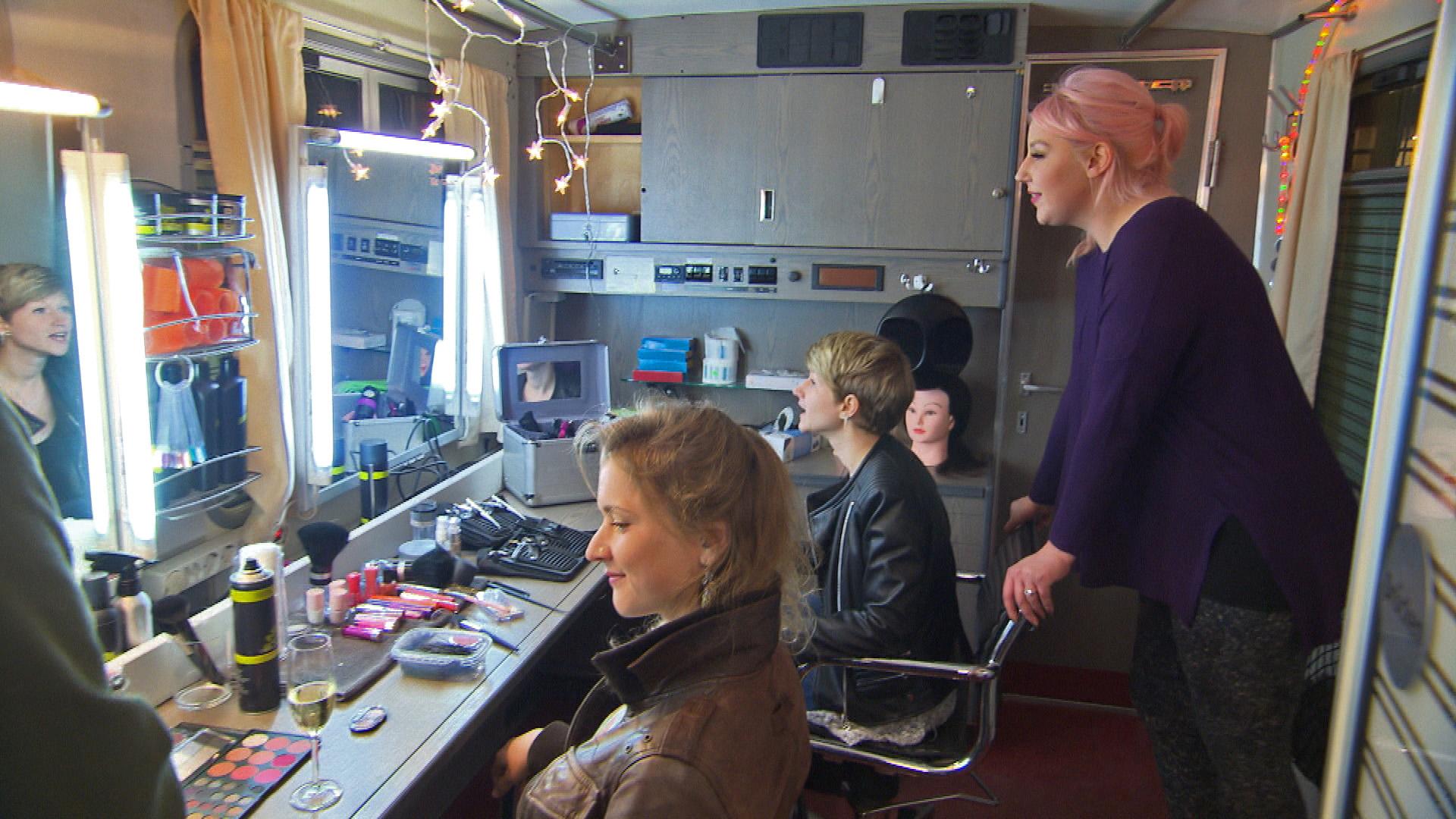 Kundinnen,li + Mi., Paula,re. (Quelle: RTL 2)