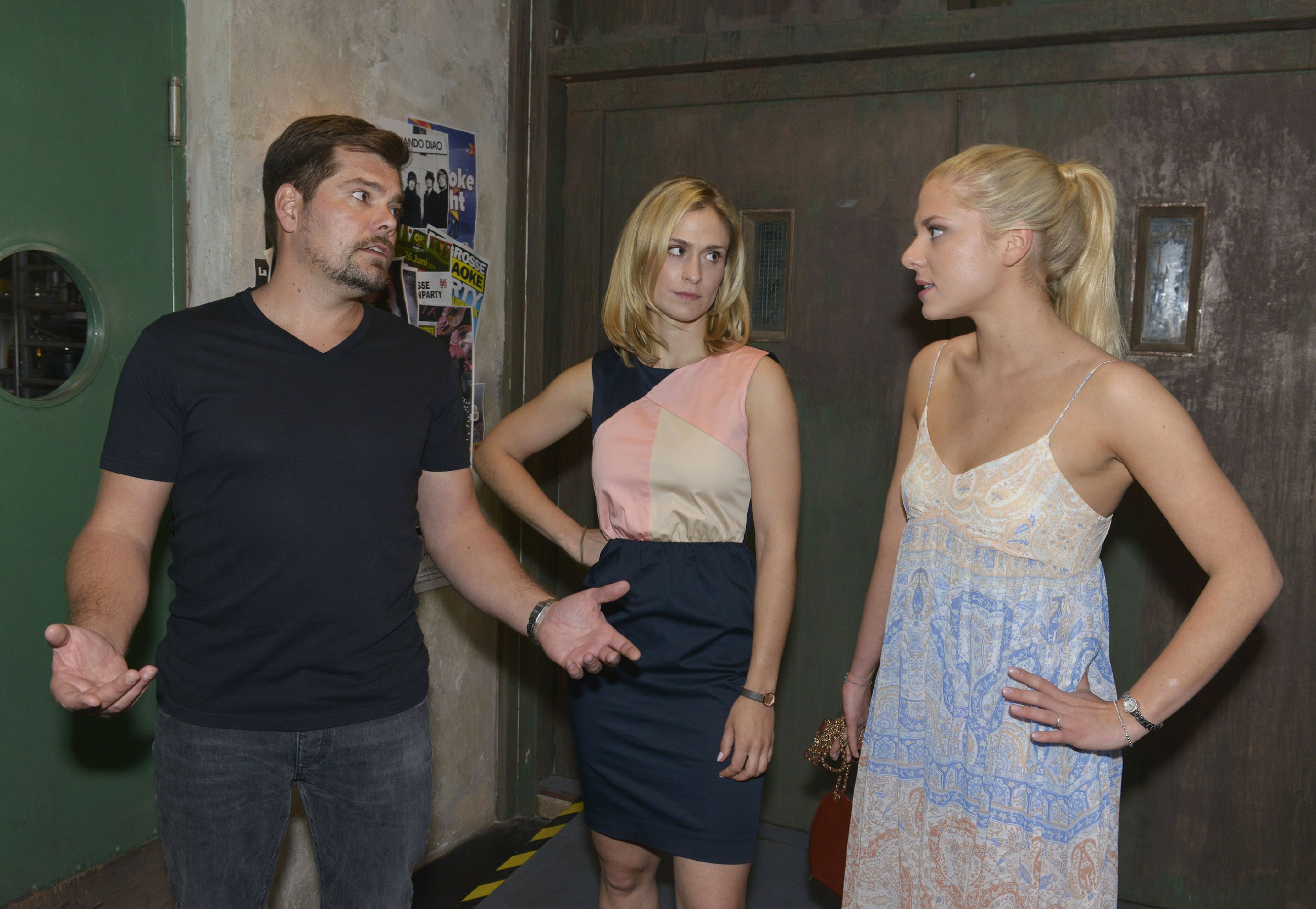 Sunny (Valentina Pahde, r.) erklärt Leon (Daniel Fehlow) und Sophie (Lea Marlen Woitack), wie wichtig ihr eine Versöhnung von Vince und Leon vor der Hochzeit ist. (Quelle: RTL / Rolf Baumgartner)