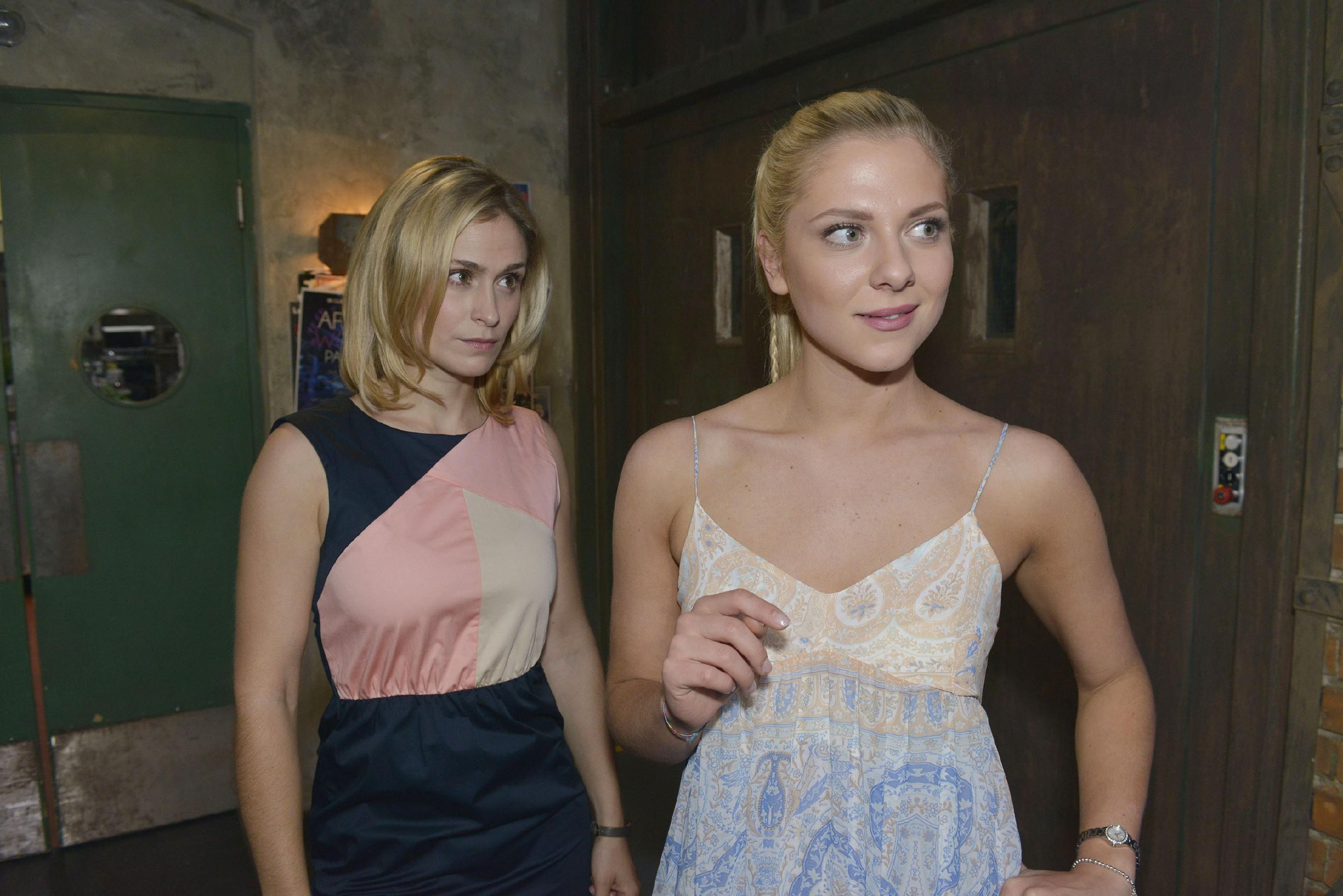 Sophie (Lea Marlen Woitack, l.) und Sunny (Valentina Pahde) hoffen, dass sich Leon und Vince versöhnen. (Quelle: RTL / Rolf Baumgartner)