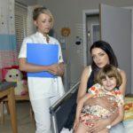 Emily (Anne Menden, r.) ist froh, als Lilly (Iris Mareike Steen) ihr bestätigt, dass Kate den Unfall gut überstanden hat.
