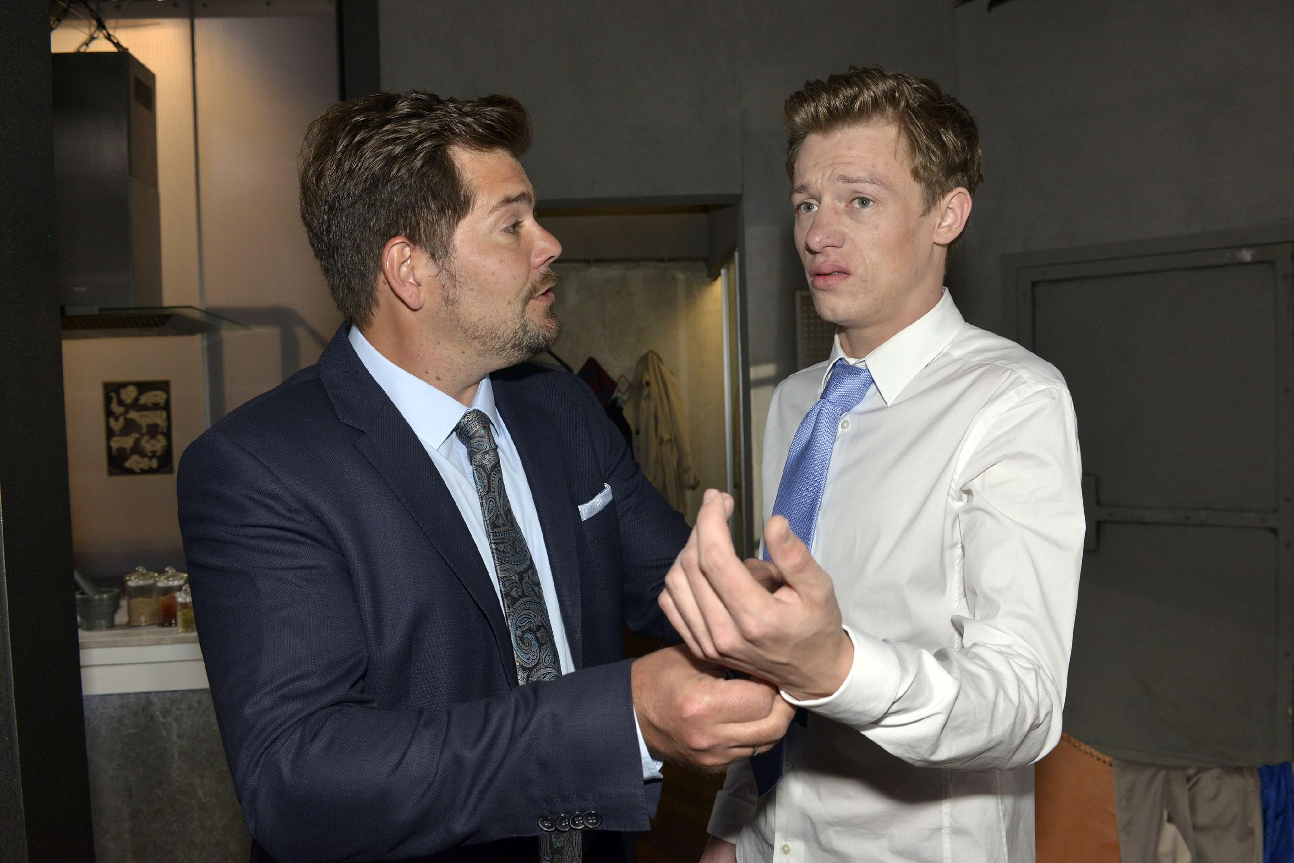 Leon (Daniel Fehlow, l.) bemerkt, wie nervös Vince (Vincent Krüger) vor der Trauung ist.