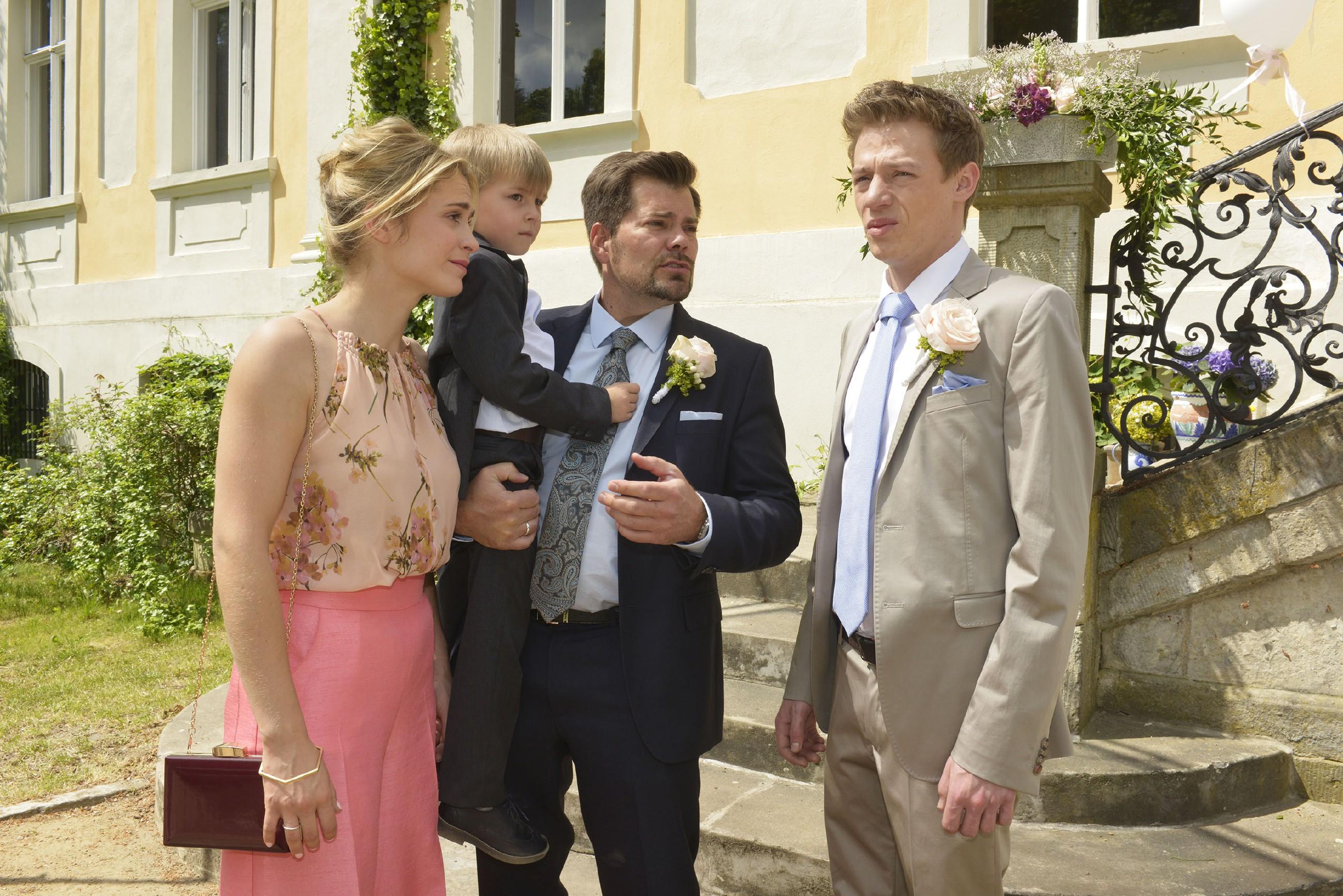 Vince (Vincent Krüger, r.) beschleicht im Beisein von Sophie (Lea Marlen Woitack), Leon (Daniel Fehlow) und Oscar das ungute Gefühl, dass Sunny nicht zur Hochzeit erscheinen wird.
