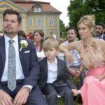 Leon (Daniel Fehlow) und Sophie (Lea Marlen Woitack) warten mit Oscar auf die Braut Sunny und können sich nicht erklären, was vorgefallen sein könnte. (Quelle: RTL / Rolf Baumgartner)