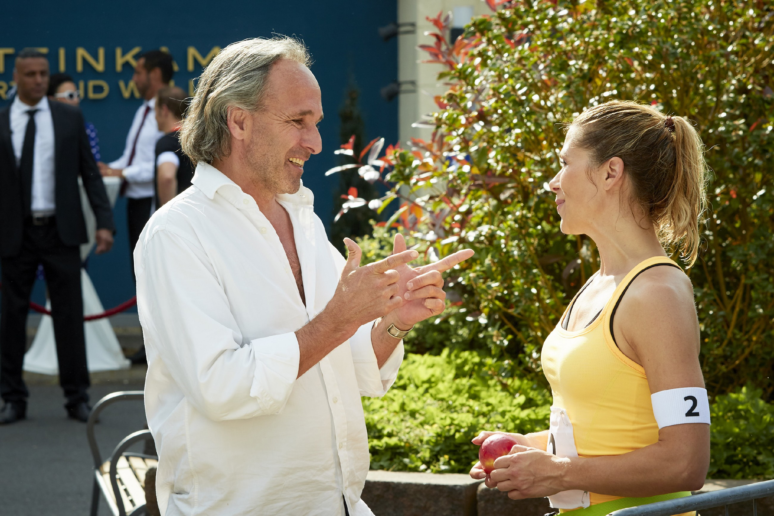 Johann (Holger Christian Gotha) ist begeistert, dass Diana (Tanja Szewczenko) den prominenten Mit-Sportler beim _Battle oft he Best_ schlagen konnte. (Quelle: RTL / Guido Engels)