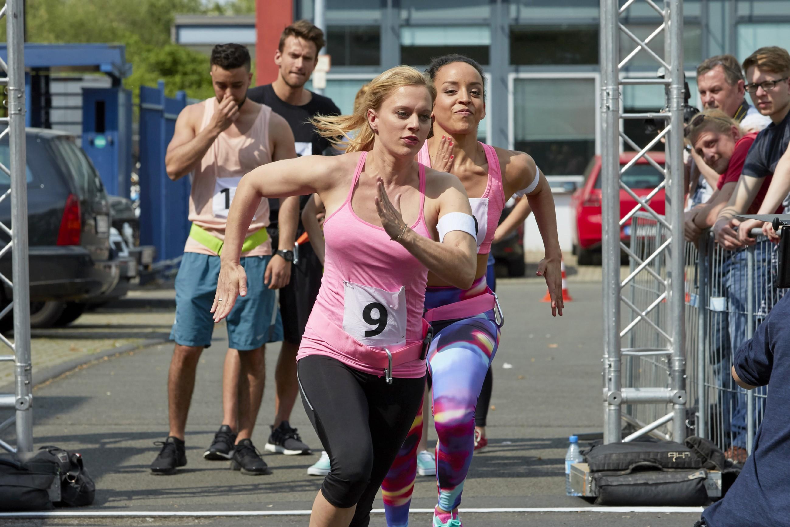 Lena (Juliette Greco, vorne) hat bei dem Lauf die Nase vor, doch Janaina (Andrea Sanchez del Solar) ist ihr dicht auf den Fersen. (Quelle: RTL / Guido Engels)