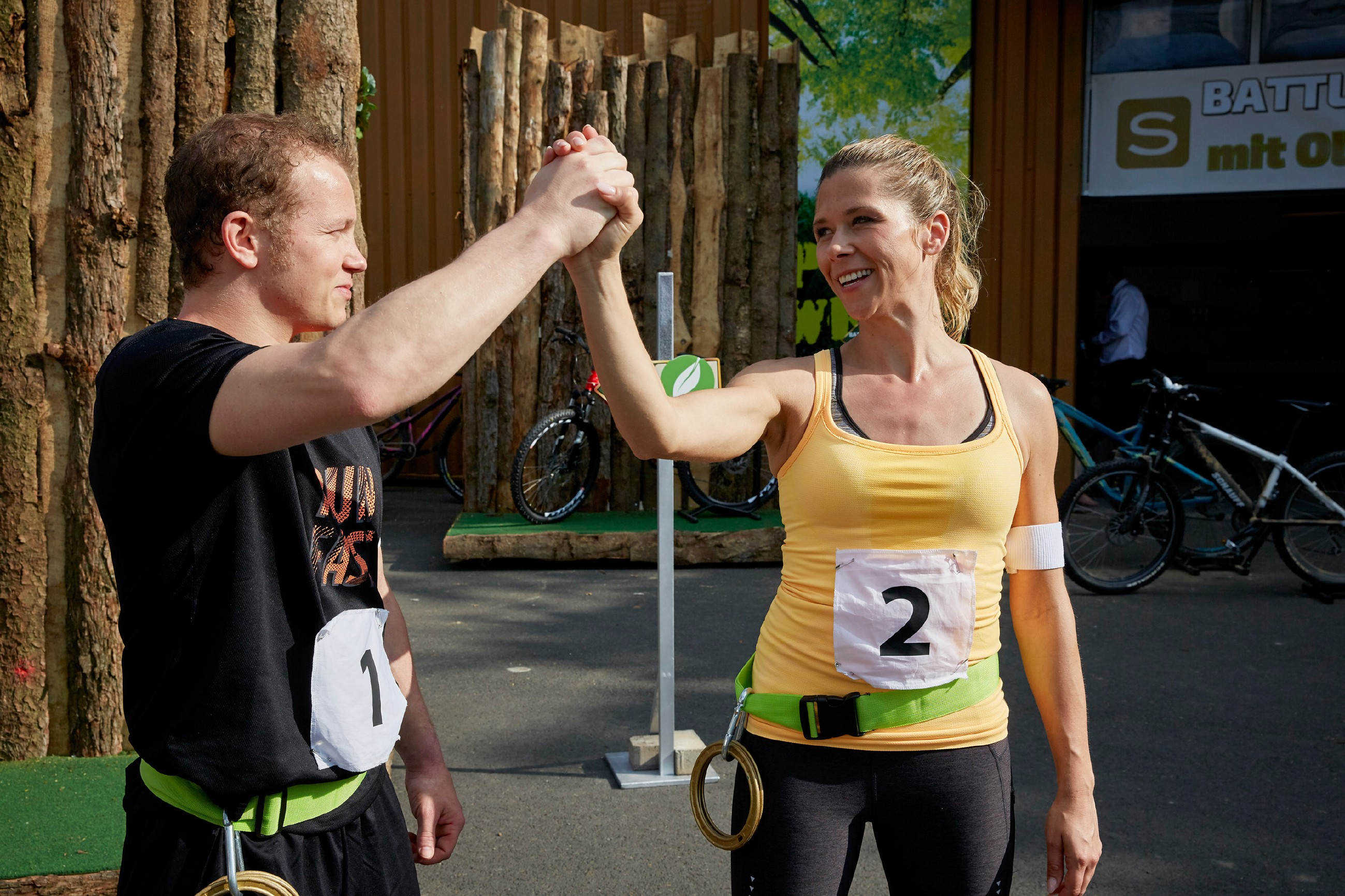 Fabian Hambüchen gratuliert Diana (Tanja Szewczenko), die den Wettkampf _Battle oft he Best_ für sich entscheiden konnte. (Quelle: RTL / Guido Engels)