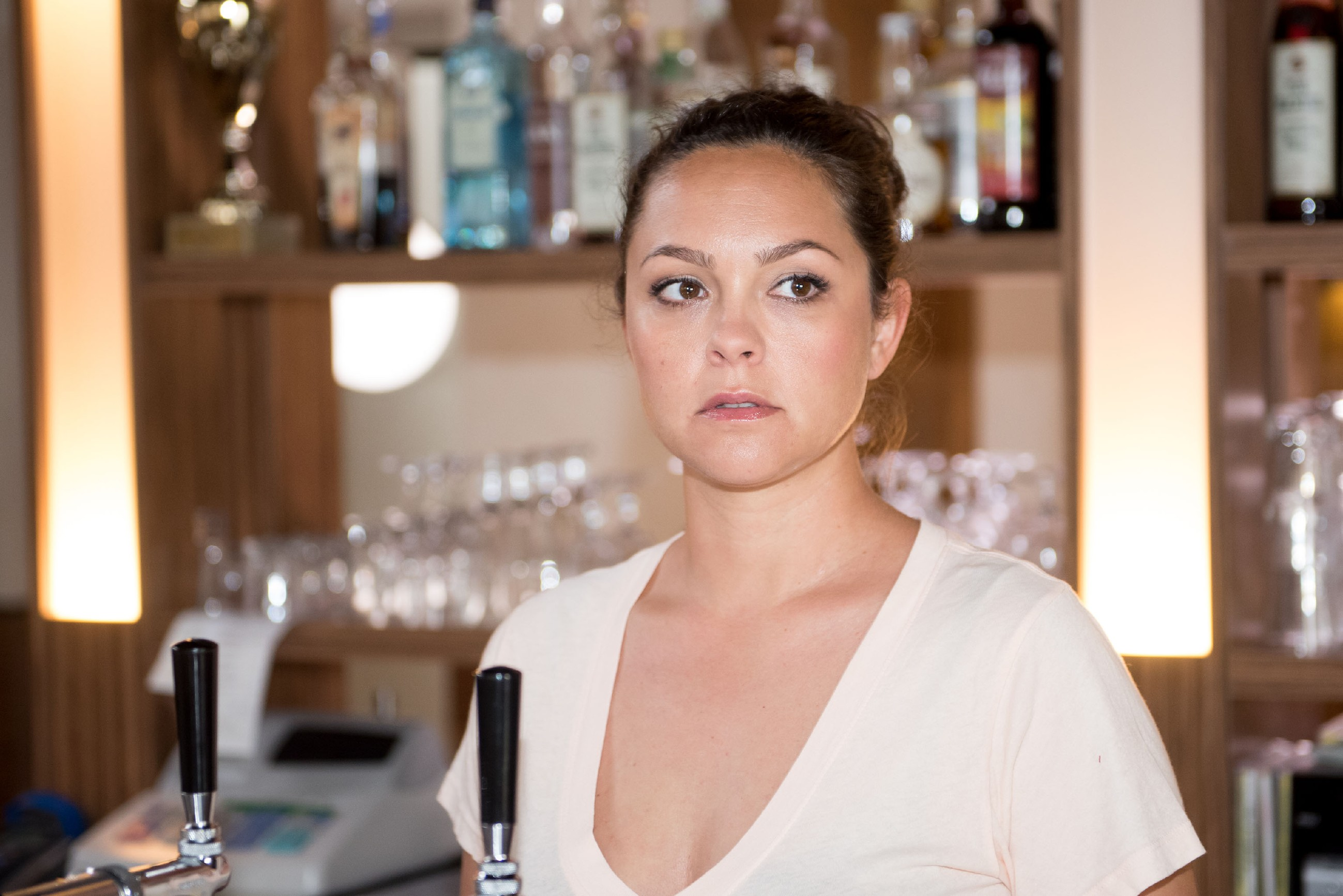 Caro (Ines Kurenbach) erfüllt nur mäßig begeistert Maltes Wunsch, wieder im Schiller zu arbeiten. (Quelle: RTL / Stefan Behrens)