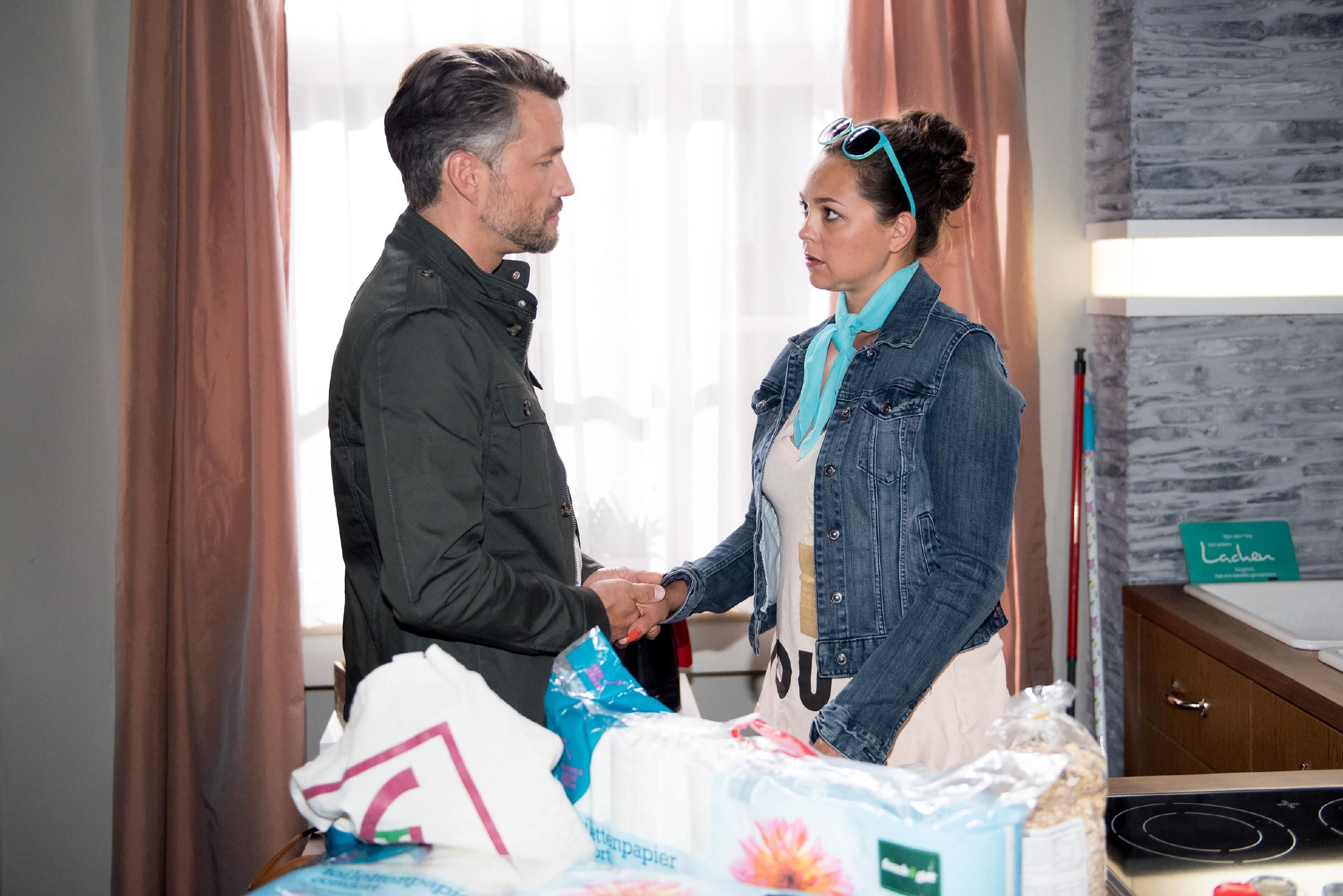 Caro (Ines Kurenbach) und Malte (Stefan Bockelmann) sind sich einig, dass ihre angeschlagene Beziehung wieder in Schwung gebracht werden muss. (Quelle: RTL / Stefan Behrens)