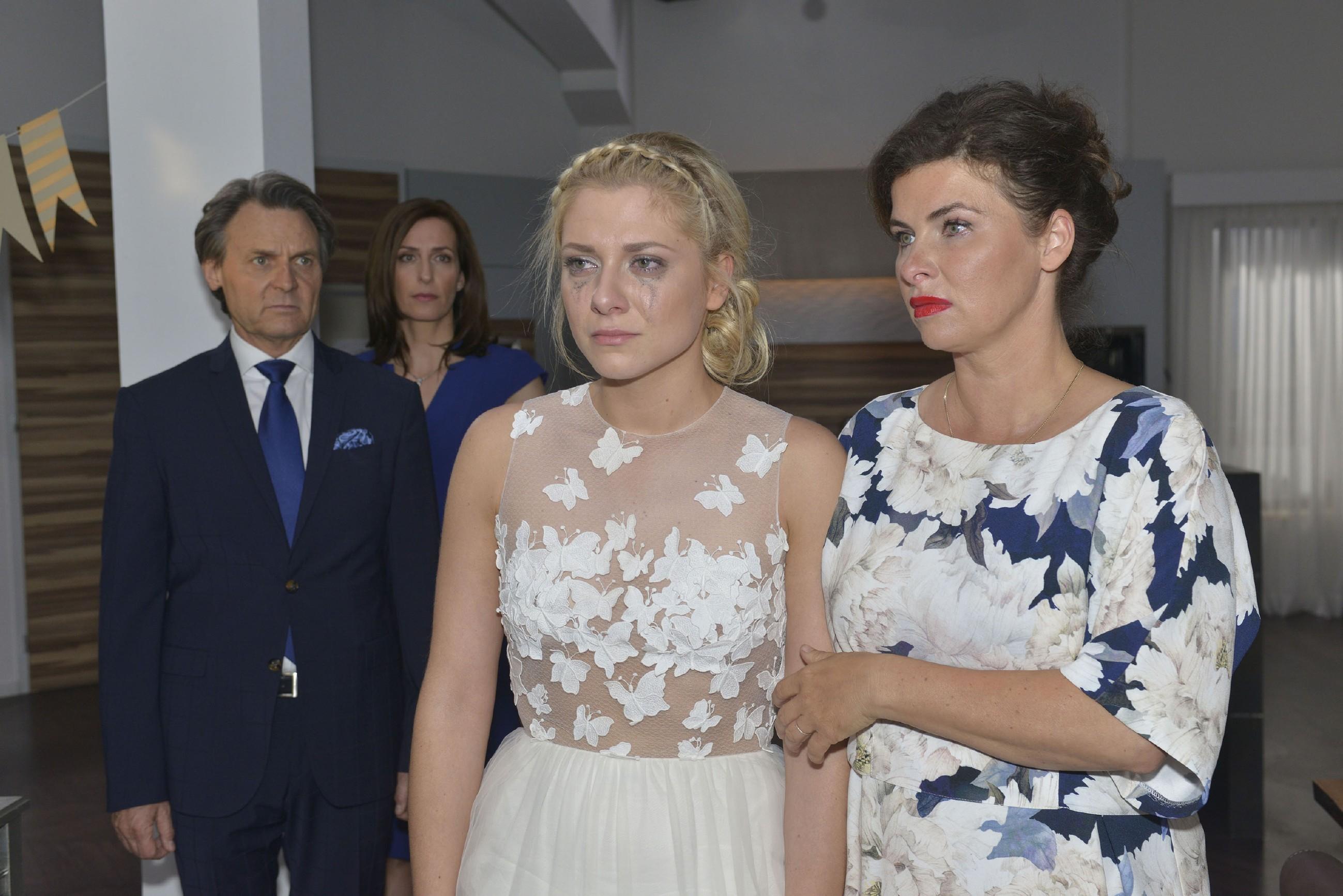 Gerner (Wolafgang Bahro), Katrin (Ulrike Frank, 2.v.l.) und Vanessa (Anne Brendler, r.) sind voller Mitgefühl für die tief enttäuschte Sunny (Valentina Pahde), für die die Hochzeit mit Vince nach dessen Seitensprung kein Thema mehr ist. (Quelle: RTL / Rolf Baumgartner)