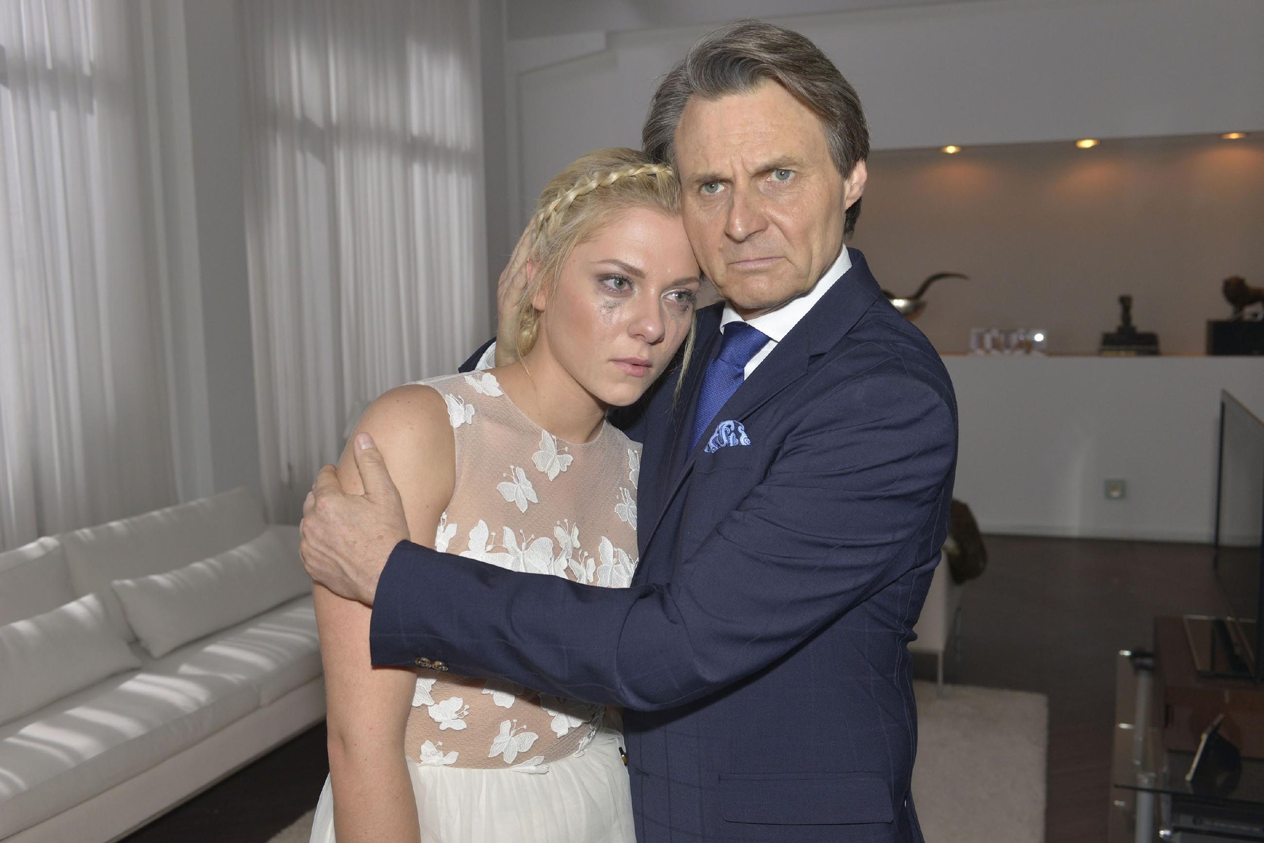 Gerner (Wolfgang Bahro) kümmert sich um die am Boden zerstörte Sunny (Valentina Pahde), für die es nach Vince' Seitensprung kein Zurück mehr gibt - die Hochzeit ist abgesagt. (Quelle: RTL / Rolf Baumgartner)