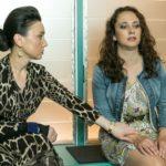 Simone (Tatjana Clasing, l.) steht Carmen (Heike Warmuth) in ihrer Angst um Michelle bei. (Quelle: RTL / Kai Schulz)